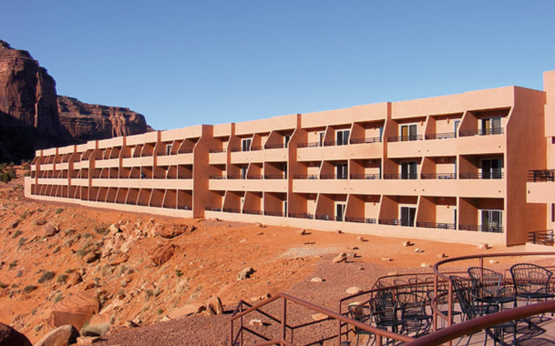 The View Hotel in Monument Valley: exteroir the view hotel rot gebäude