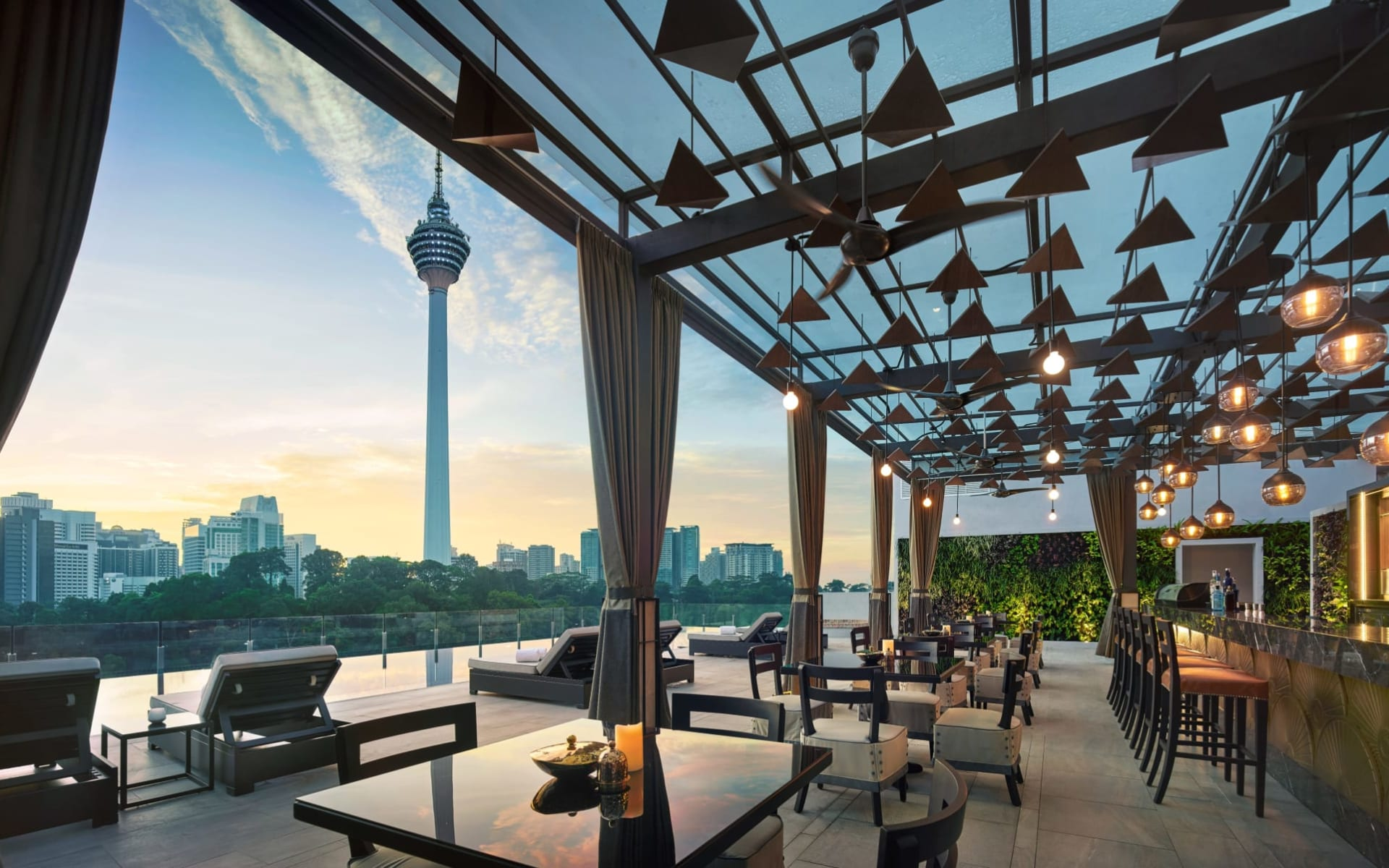 Hotel Stripes Kuala Lumpur: Man Tao - Rooftop Pool Bar