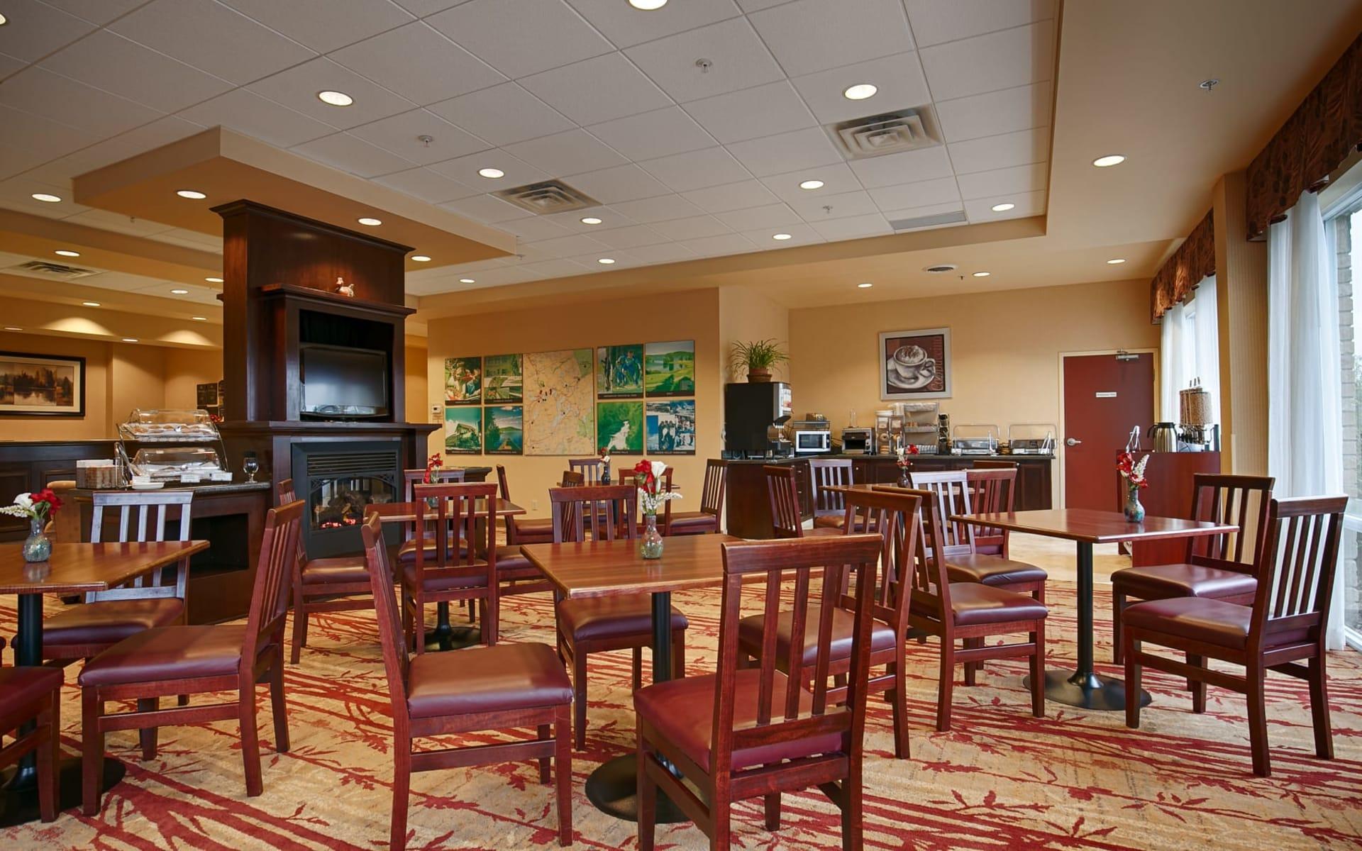 Best Western Plus Muskoka Inn in Huntsville:  Best Western Plus Muskoka Inn_Restaurant