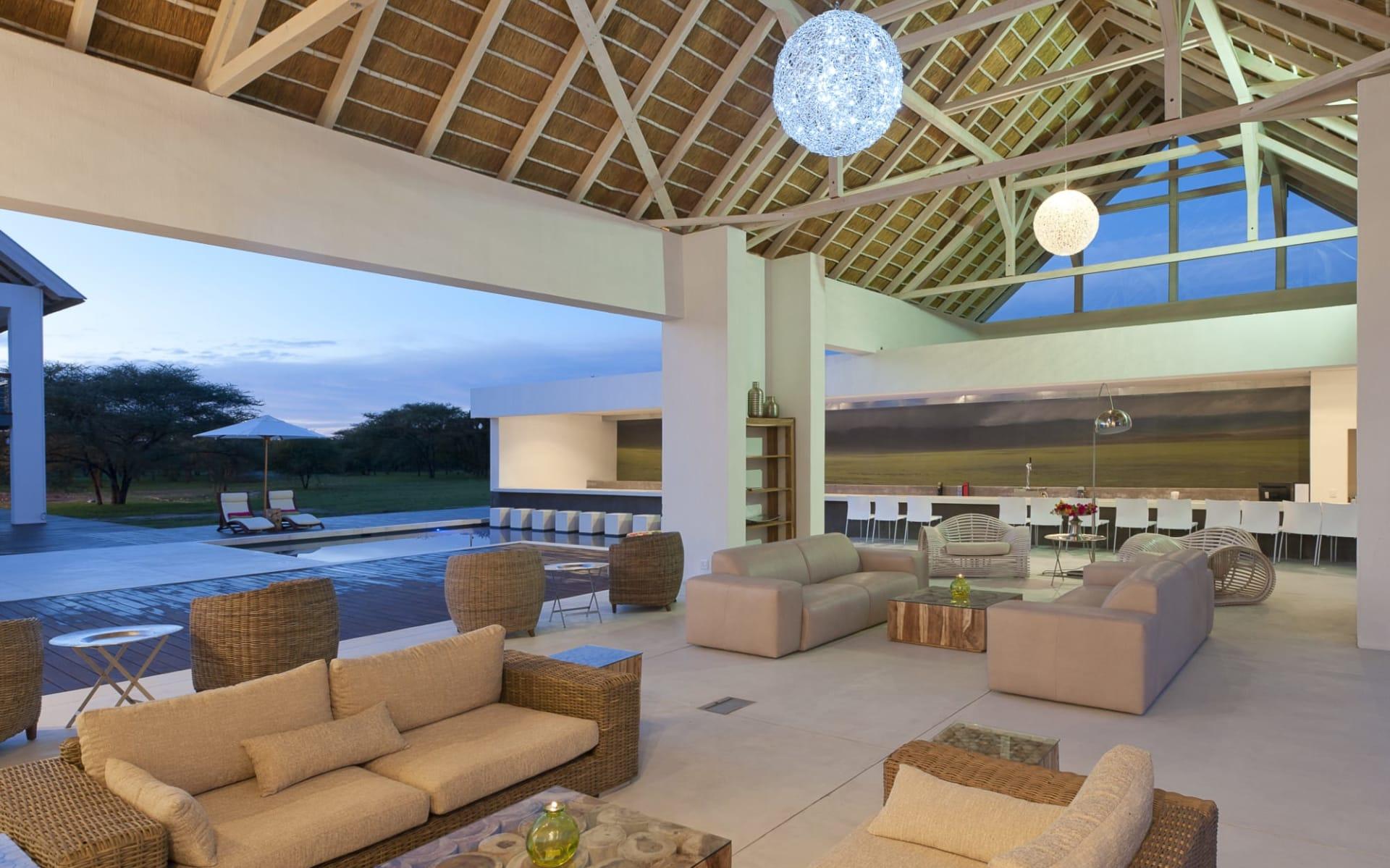 Emanya @ Etosha in Etosha Nationalpark:   Emanya@Etosha - Lounge mit Blick auf Pool