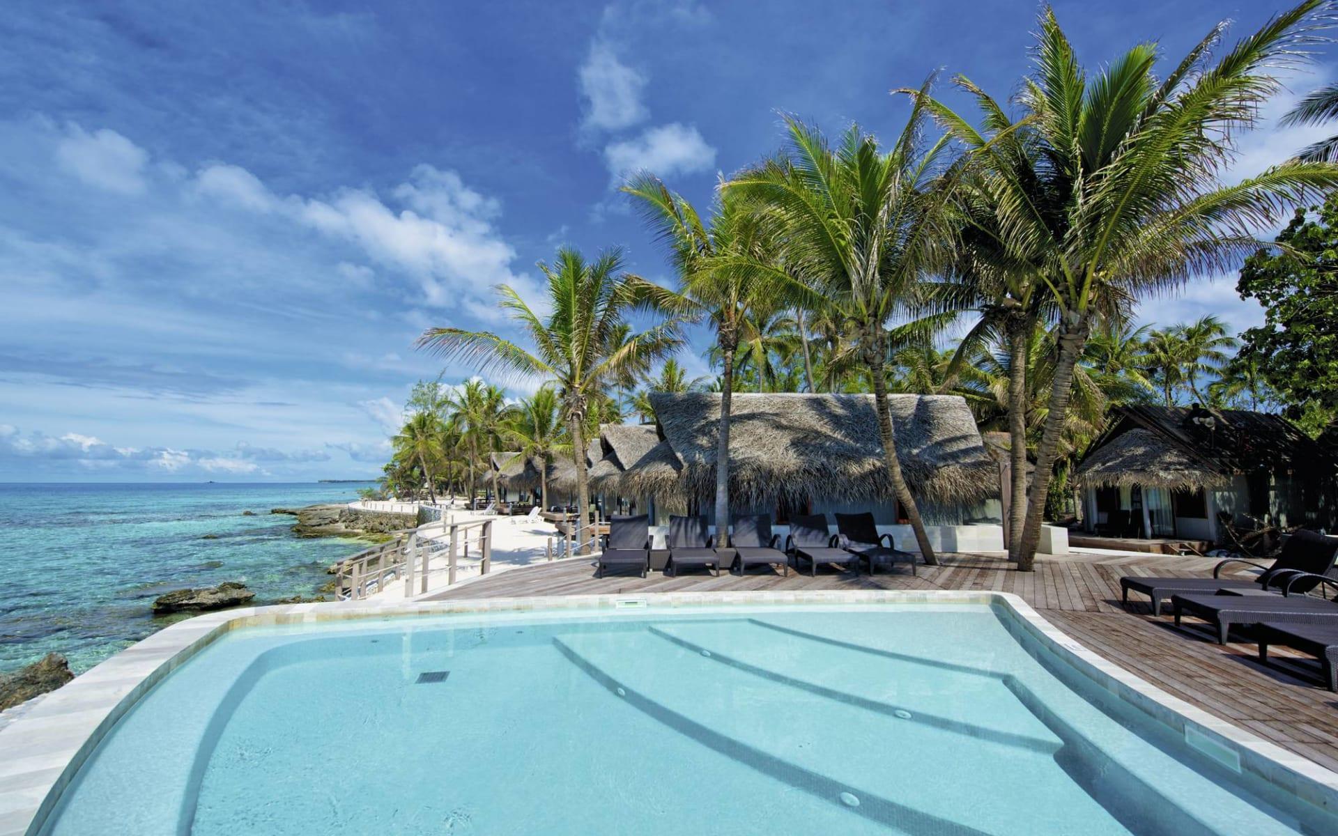 Maitai Rangiroa:  Maitai Rongiroa - Sicht auf Pool und ein Teil der Anlage