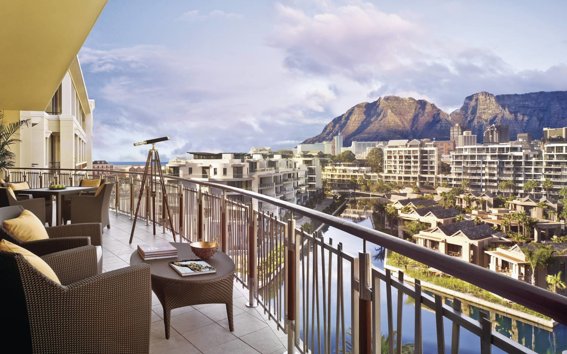 One & Only Cape Town in Kapstadt:  One & Only Cape Town - Blick von Terrasse über Hotelanlage