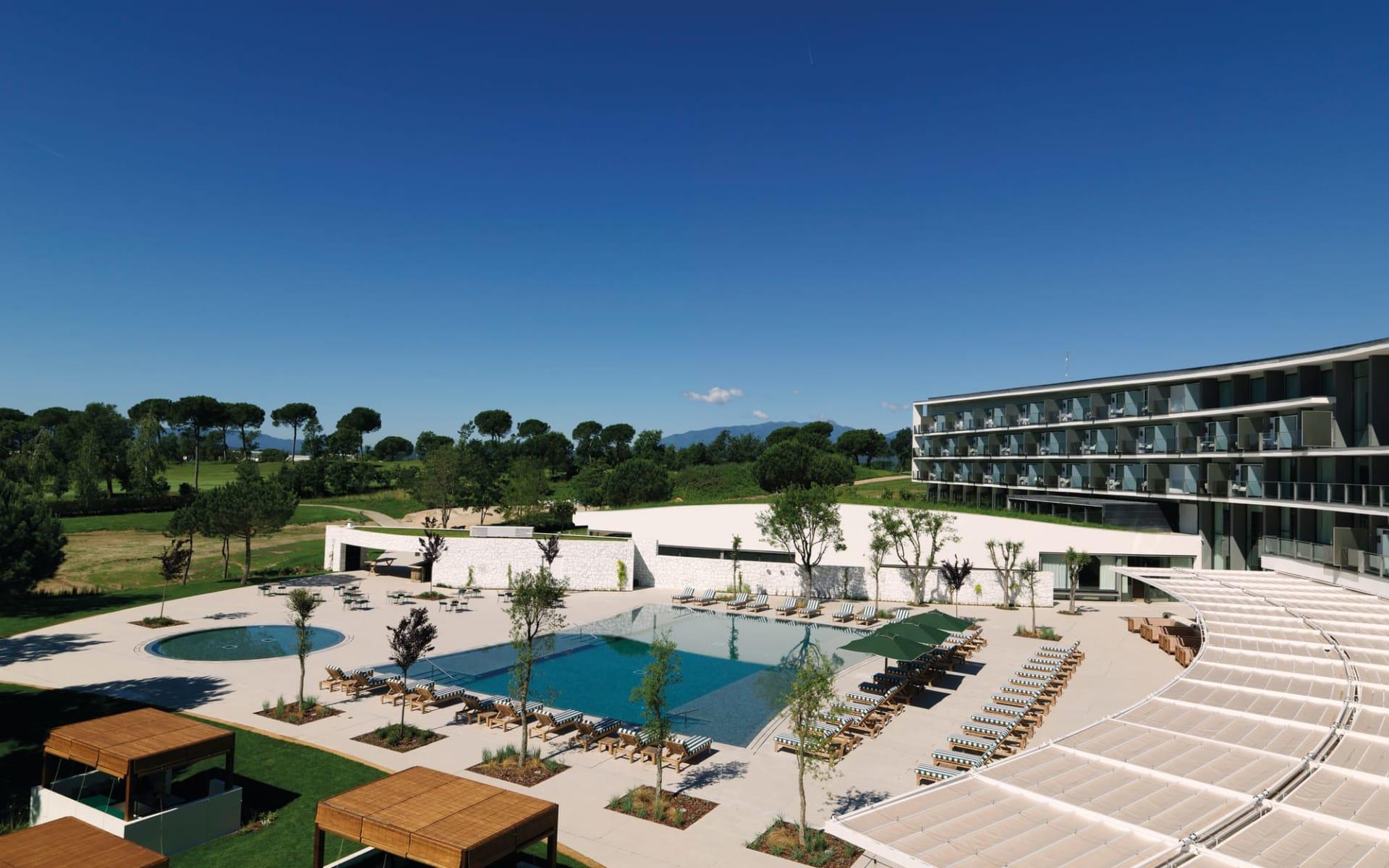 PGA Catalunya Resort - Hotel Camiral in Costa Brava: PGA Catalunya Resort - Hotel Camiral - Blick auf gesamte Poolanlage und Umgebung