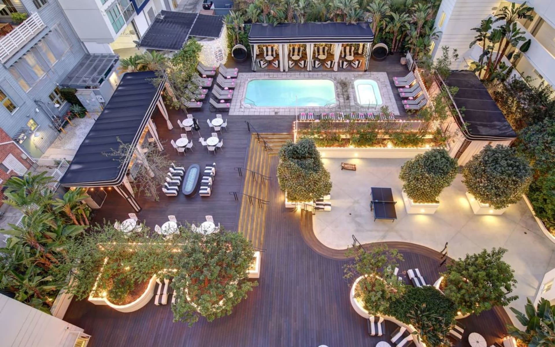 Shangri-La Hotel in Santa Monica:  Shangri La - Courtyard at nightime