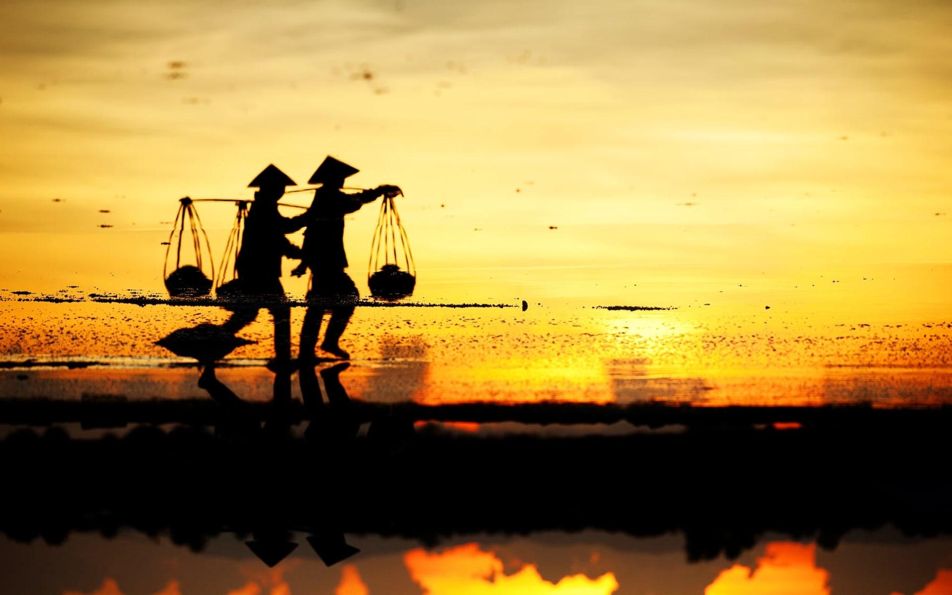 Vietnam für Geniesser ab Hanoi: Farmers working in the salt field