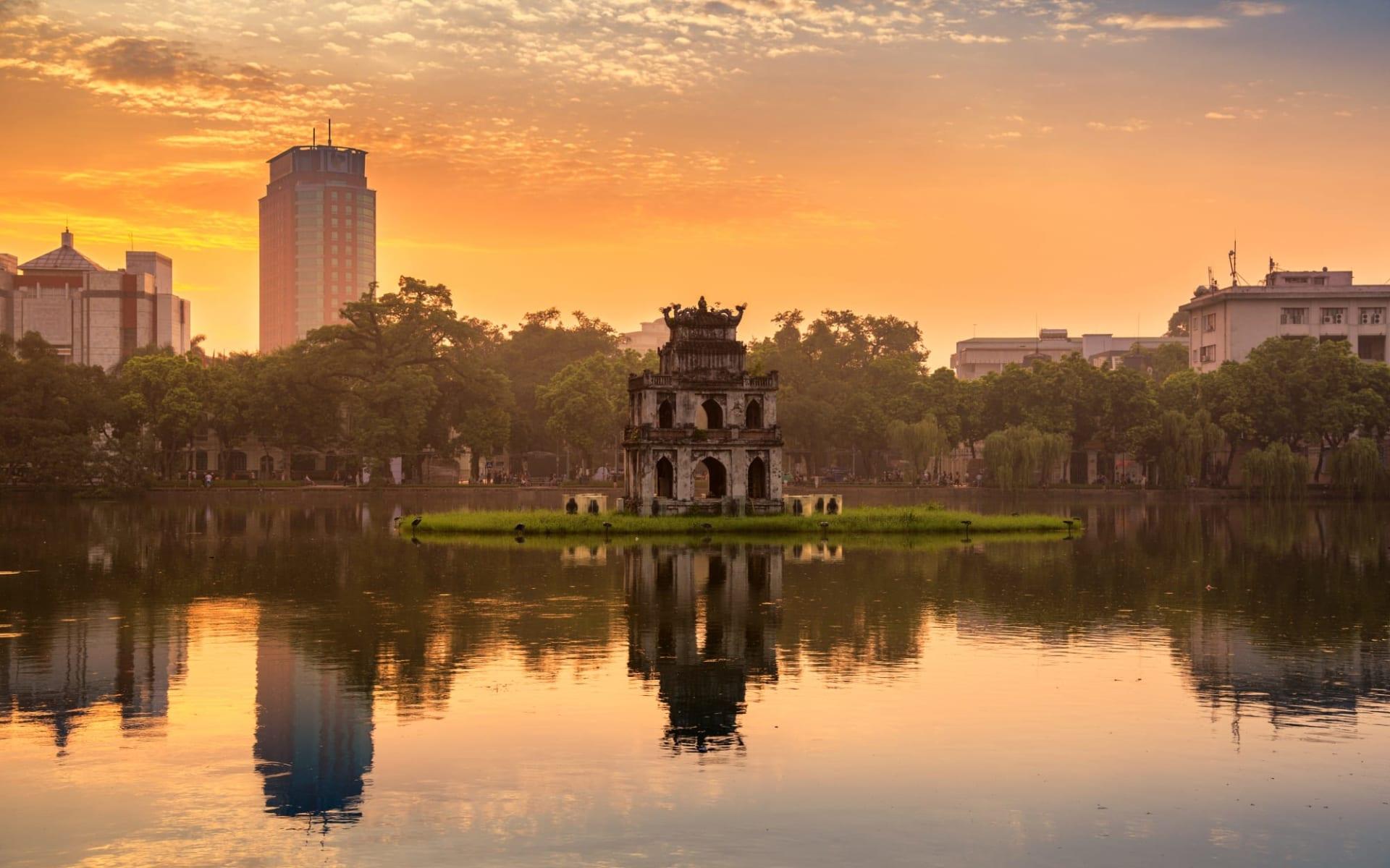 Glanzlichter Vietnam - von Saigon nach Hanoi: Hanoi Hoan Kiem Lake (Lake of the Returned Sword) and the Turtle Tower