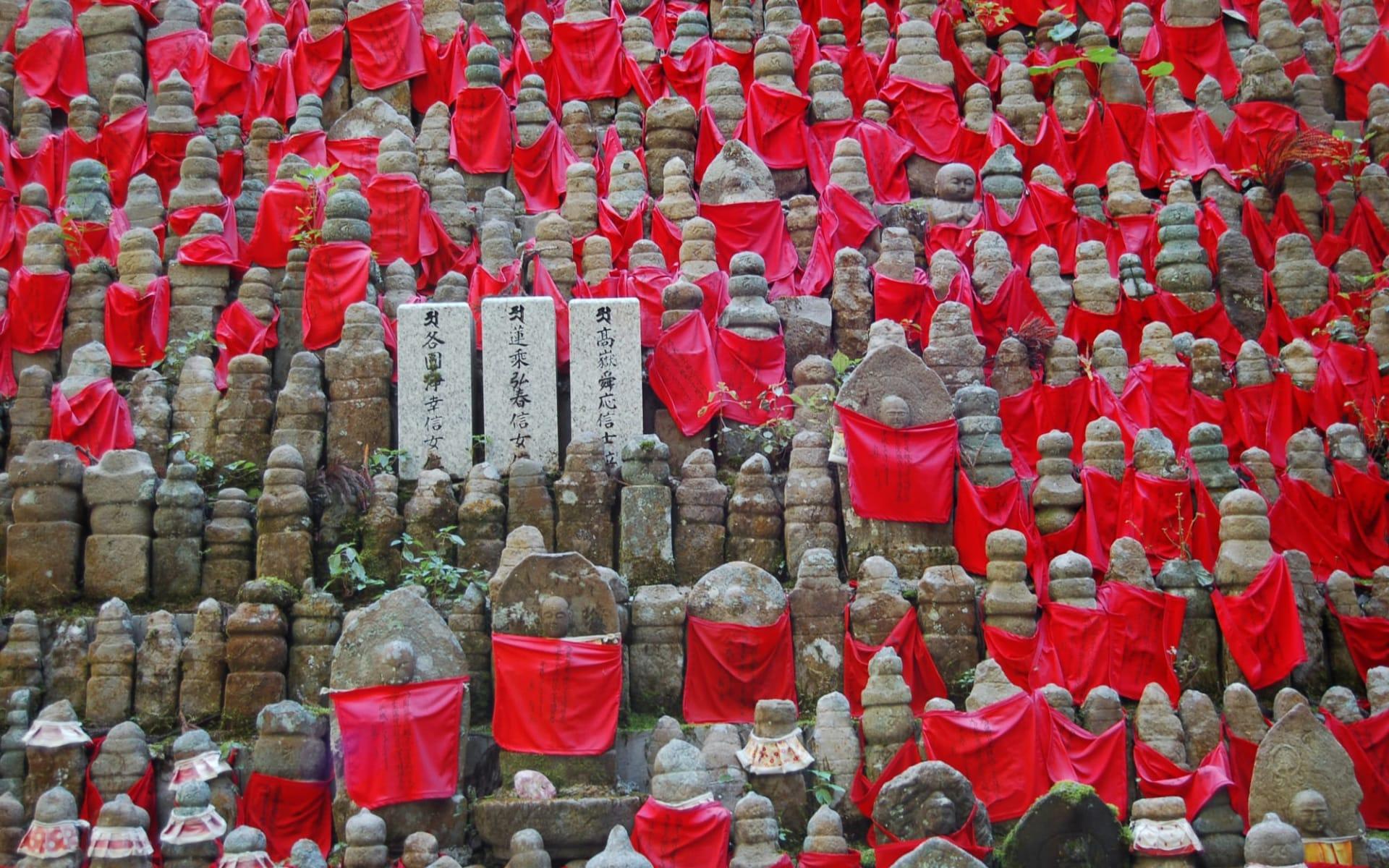Weltkulturerbe Koya-San Klöster ab Kyoto: Hundreds of buddha statues in Okunoin Cemetery, Koyasan