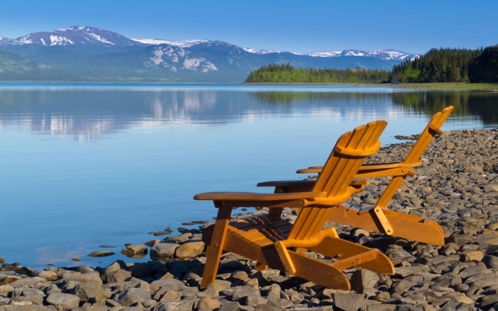 Yukon River Abenteuer ab Whitehorse: Kanada - Lake Laberge - Stühle am Wasserrand