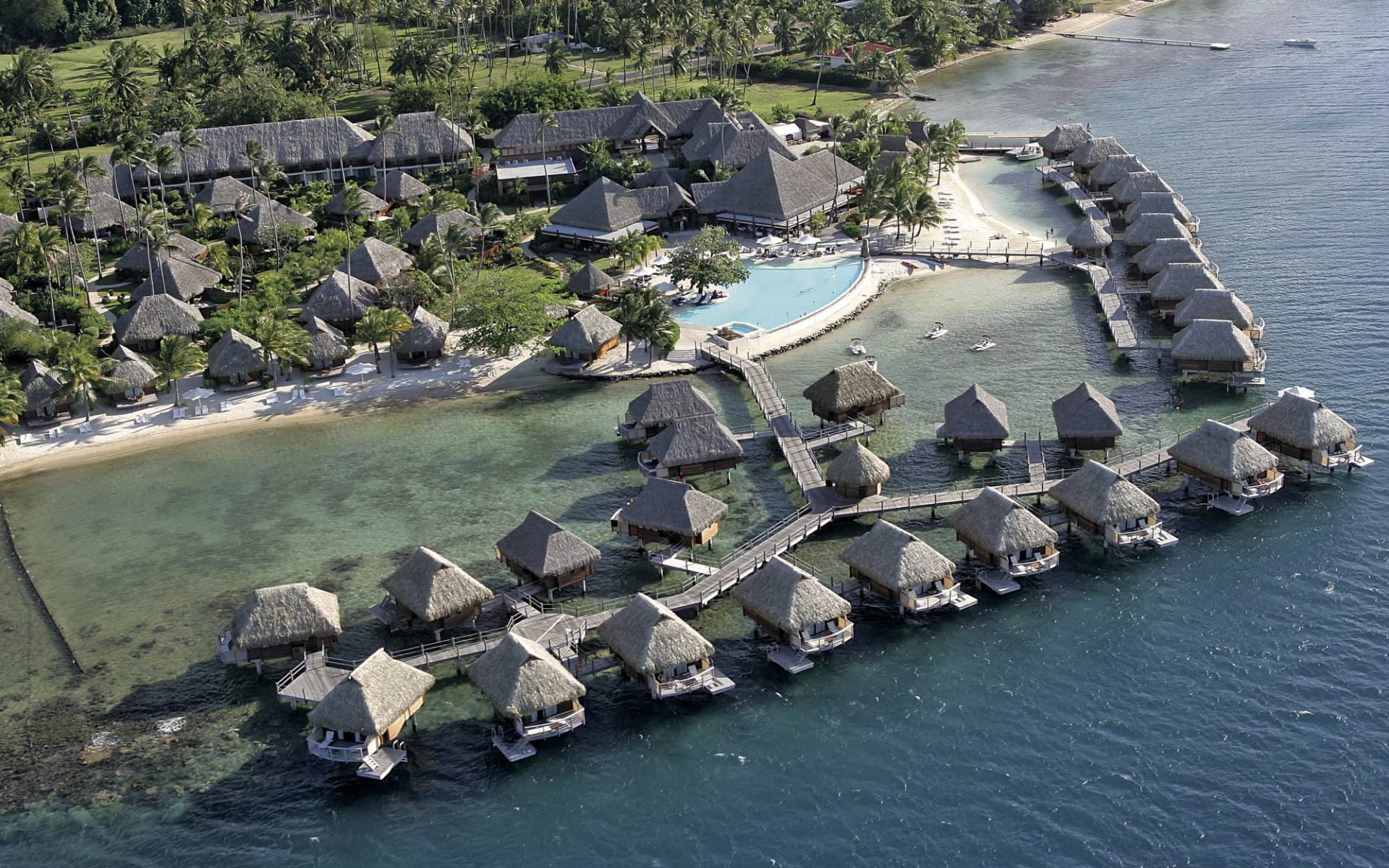 Manava Beach Resort & Spa in Moorea:  Moorea Pearl Resort & Spa - Vogelperspektive auf gesamte Anlage