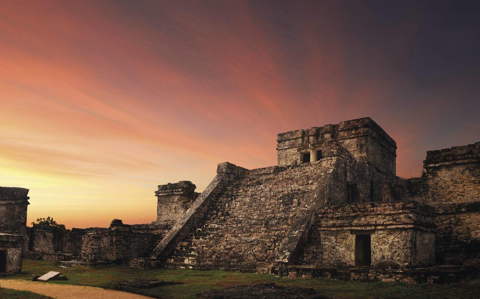 Premium: Yucatán Haciendas ab Cancun: Mexico - Yucatan - Maya Ruinen bei Sonnenuntergang