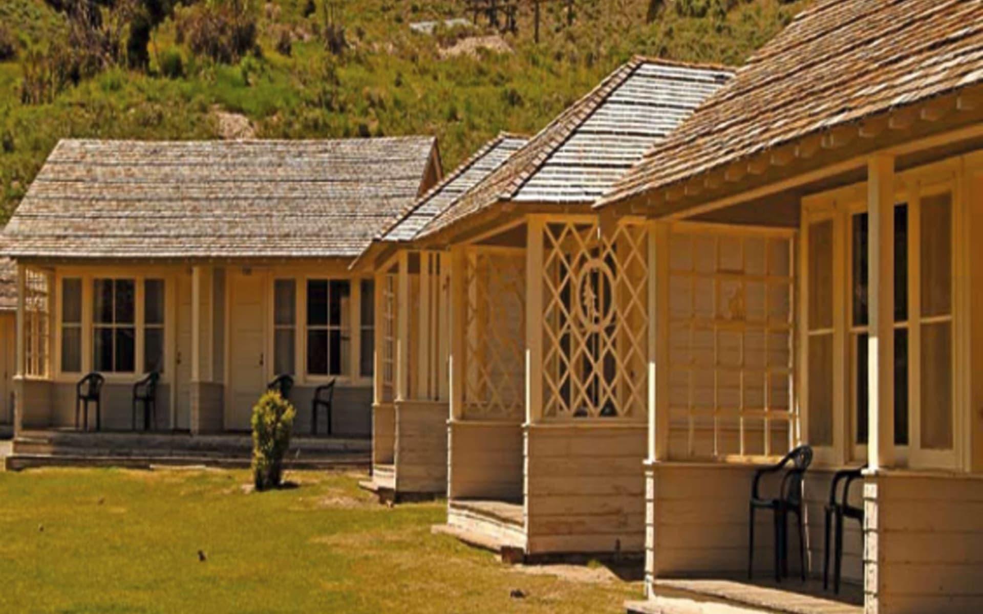 Mammoth Hot Springs Hotel & Cabins in Yellowstone National Park: natur mammoth hot springs hotel and cabins kleine hütten berge