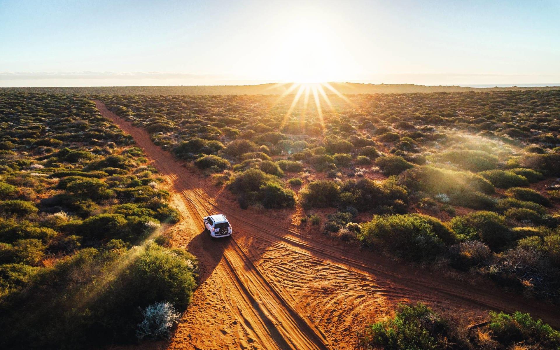 Emu Walk Apartments in Ayers Rock - Yulara: Natur Outback Australien  Strasse mit Sonnenuntergang  c shutterstock_681062968 2017