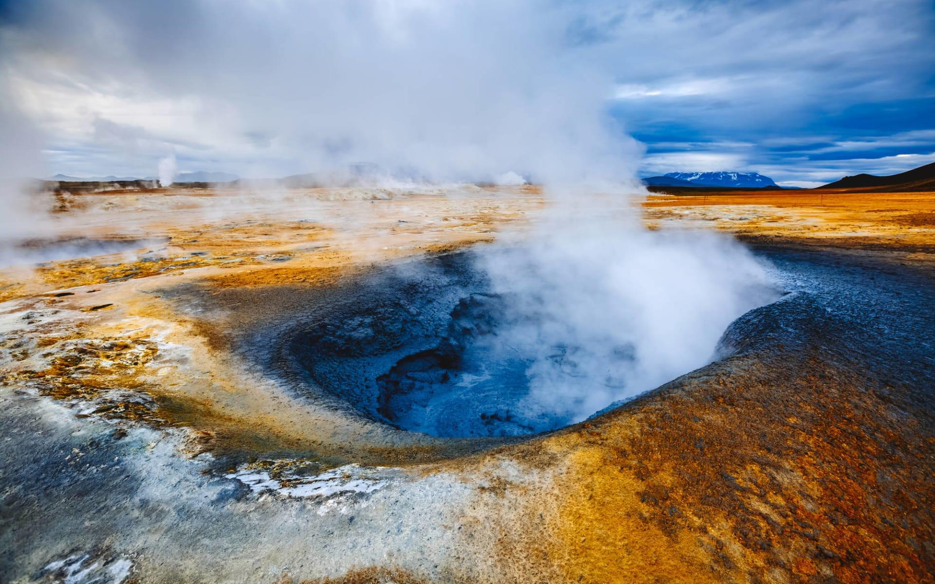 Skútustadir in Myvatn: Ominous view geothermal area Hverir (Hverarond). Beliebte Touristenattraktion. Dramatische und malerische Szene. Lage am Myvatnsee, Krafla