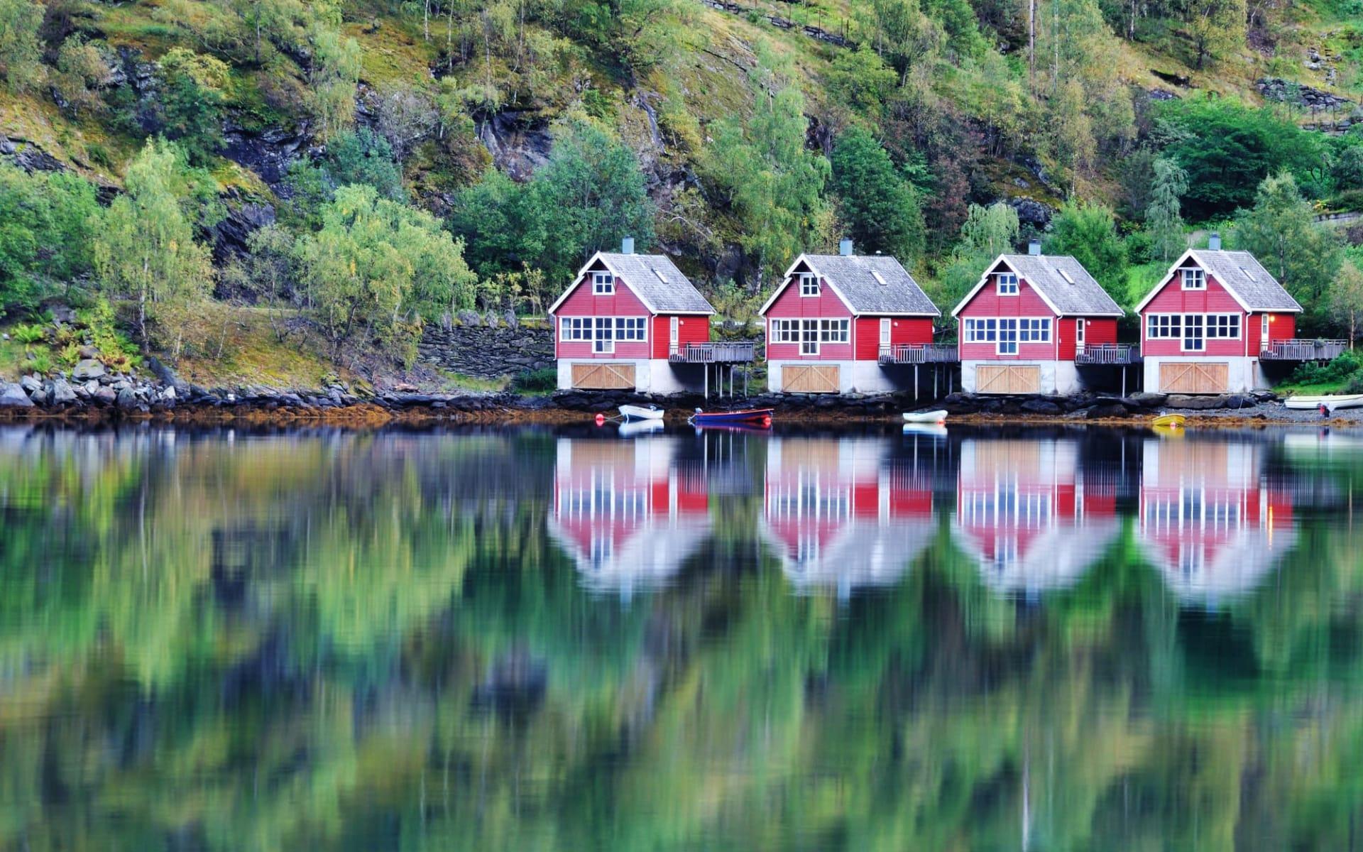 Fretheim in Sogne-, Aurland-, Lusterfjord: Panoramasicht auf See und Fischerhütten in Flam