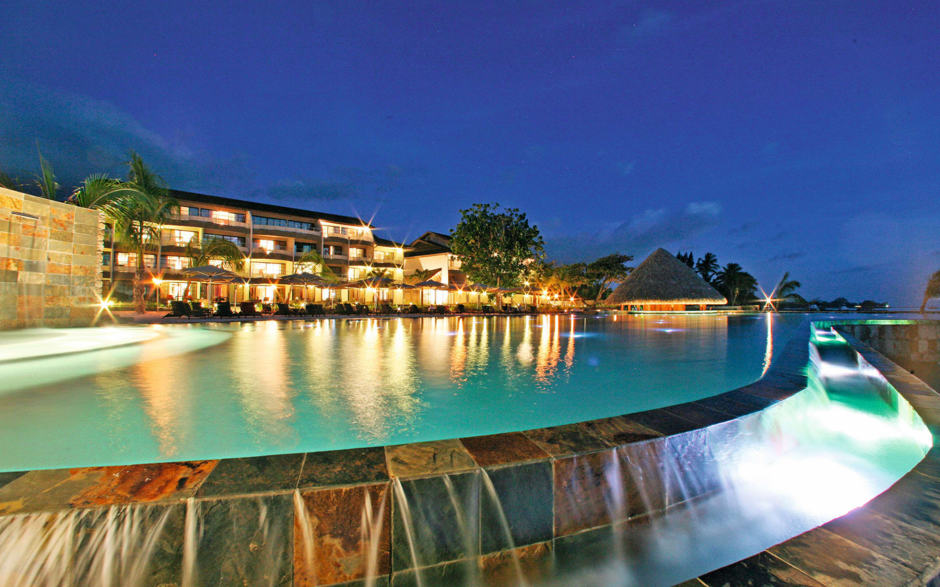 Manava Suite Resort Tahiti in Papeete: Manava Suite Resort Tahiti - Pool und Haupthaus