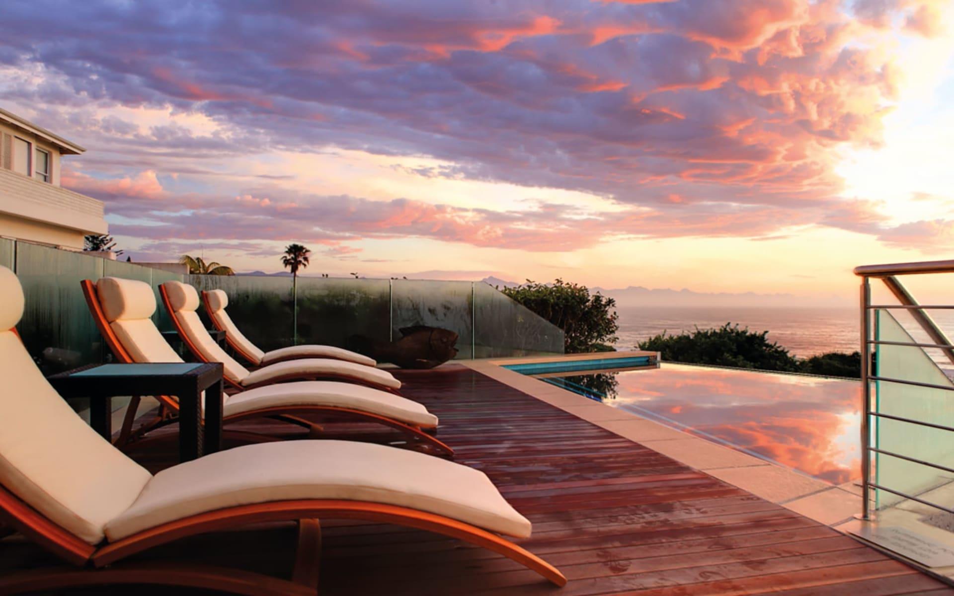 Periwinkle Guest Lodge in Plettenberg Bay: pool Periwinkle Guest Lodge - Pool mit Liegestühlen bei Sonnenuntergang