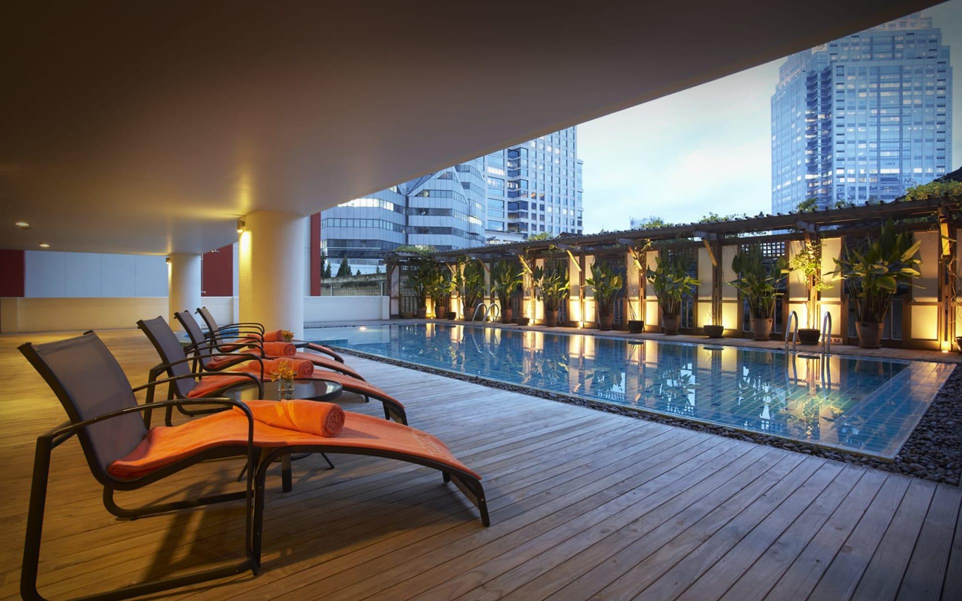 Bandara Suites Silom in Bangkok: poolside