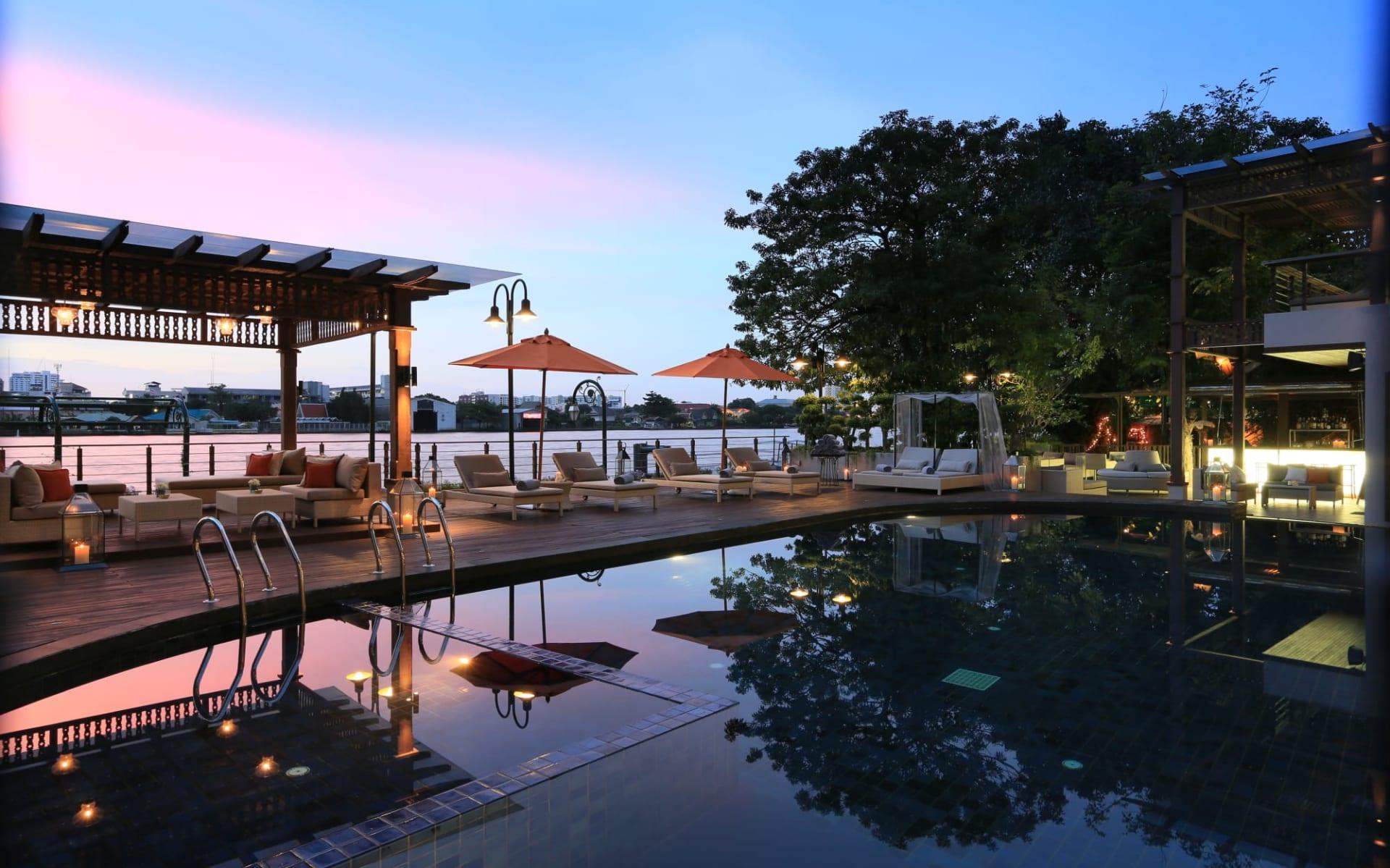 Riva Surya in Bangkok: Swimming Pool Sunset