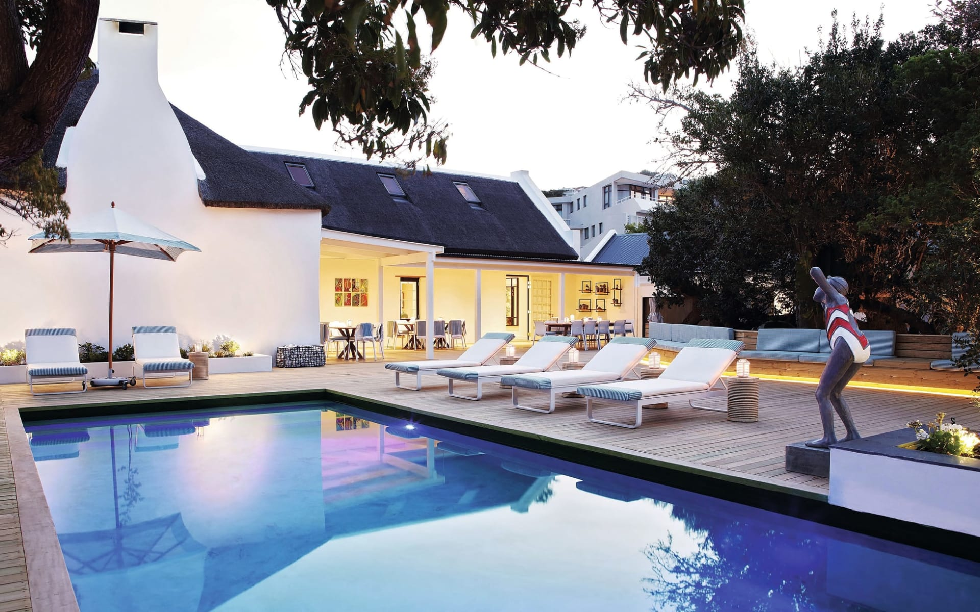 The Old Rectory in Plettenberg Bay: The Old Rectory - Swimmingpool mit Liegestühlen