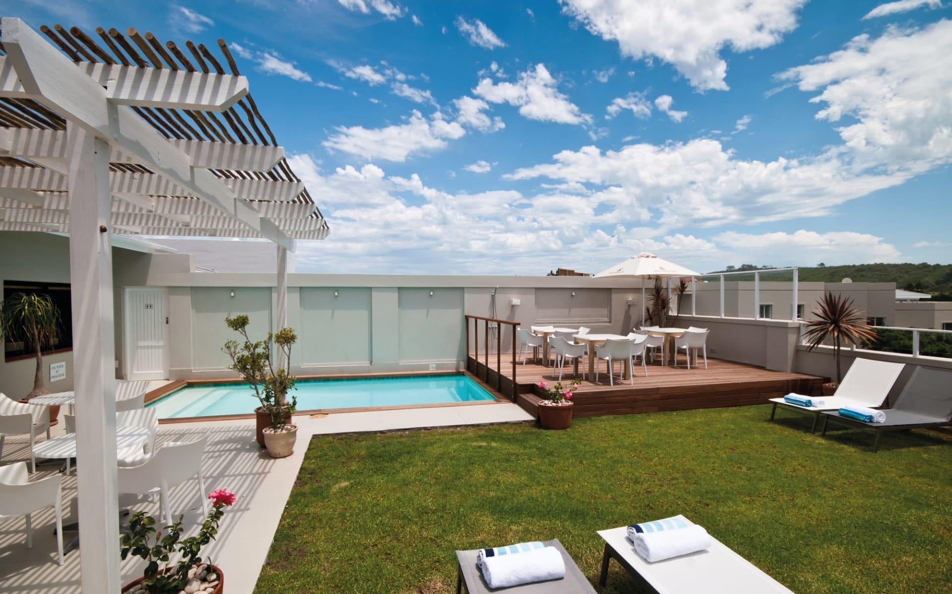 The Robberg Beach Lodge in Plettenberg Bay: pool The Robberg Beach Lodge - Pool mit Liegestühlen im Garten