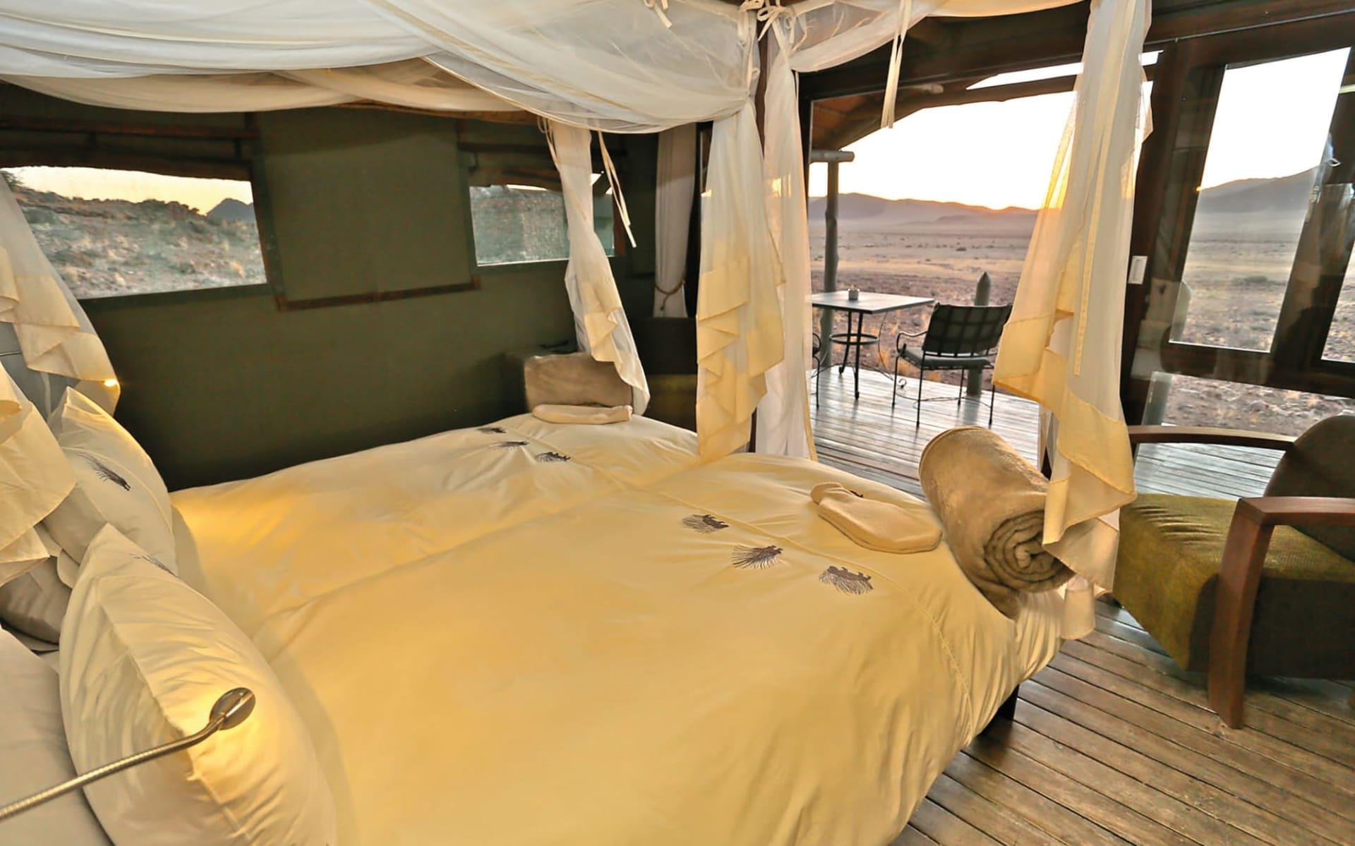 Desert Outpost Homestead in Sesriem: Desert Homestead Outpost schlafzimmer mit Blick zur Veranda