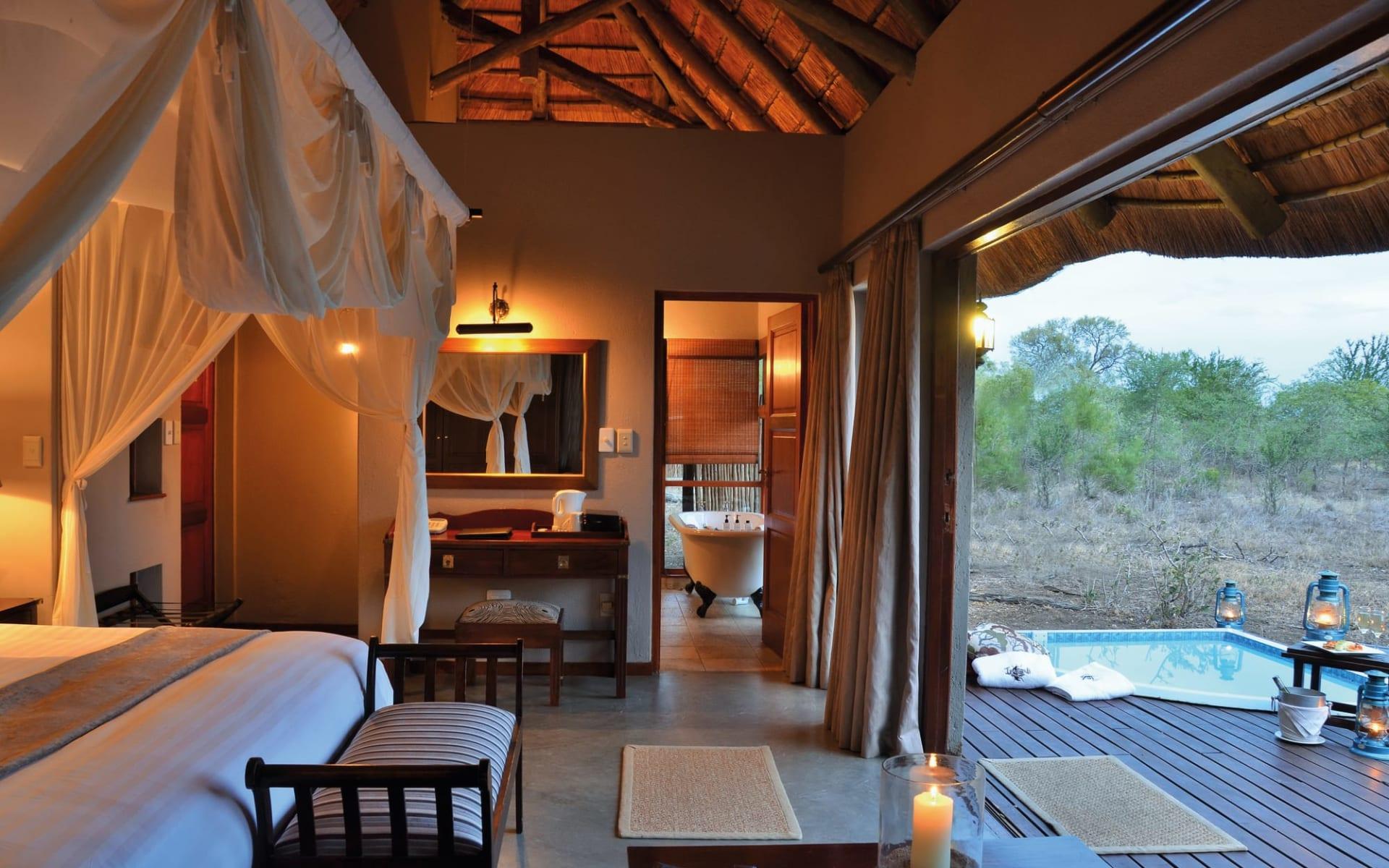 Imbali Safari Lodge in Krüger Nationalpark:  Imbali Safari Lodge - Schlafzimmer mit Blick zur Veranda und Planschpool