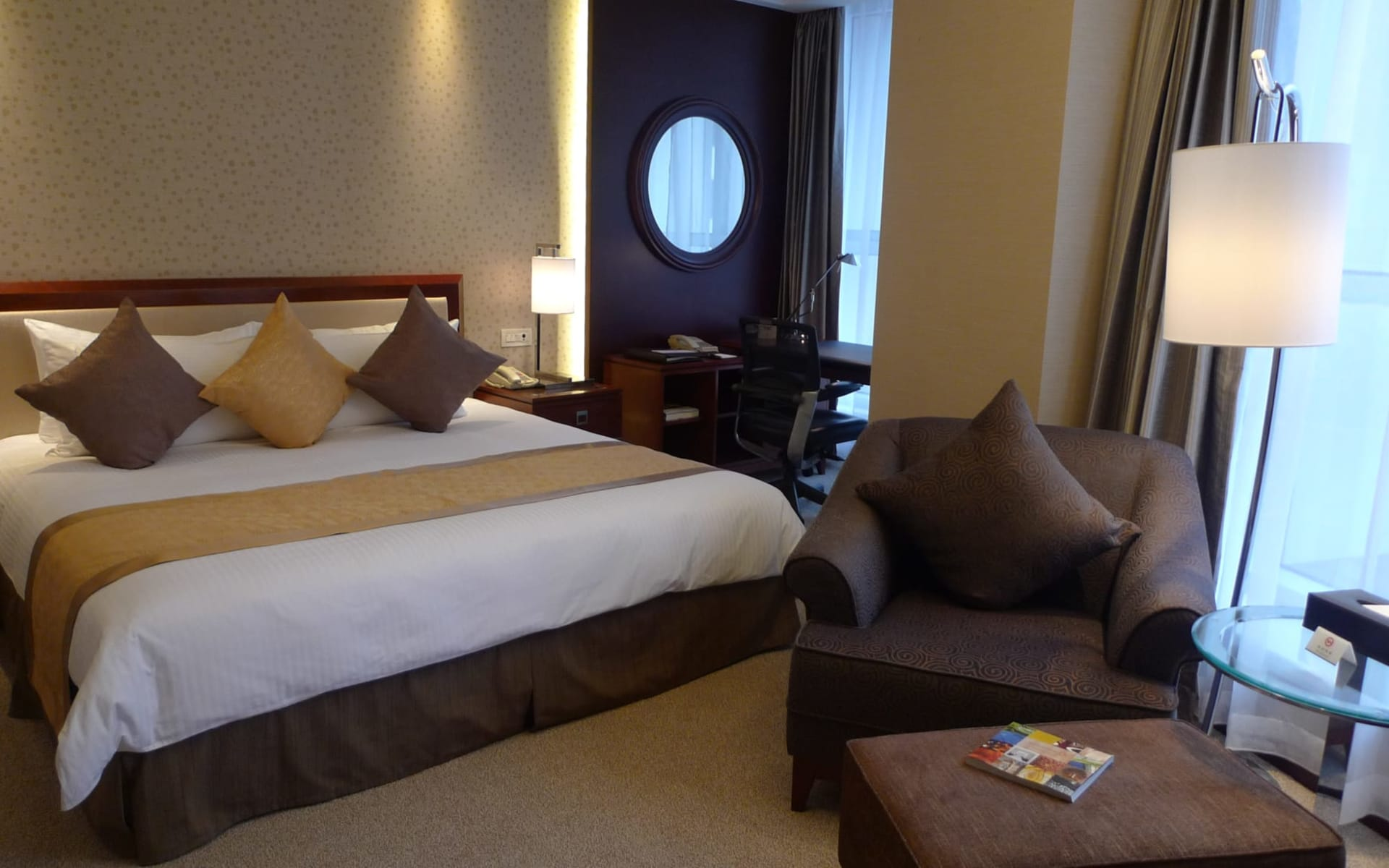 Central Hotel in Shanghai: Superior | king bed