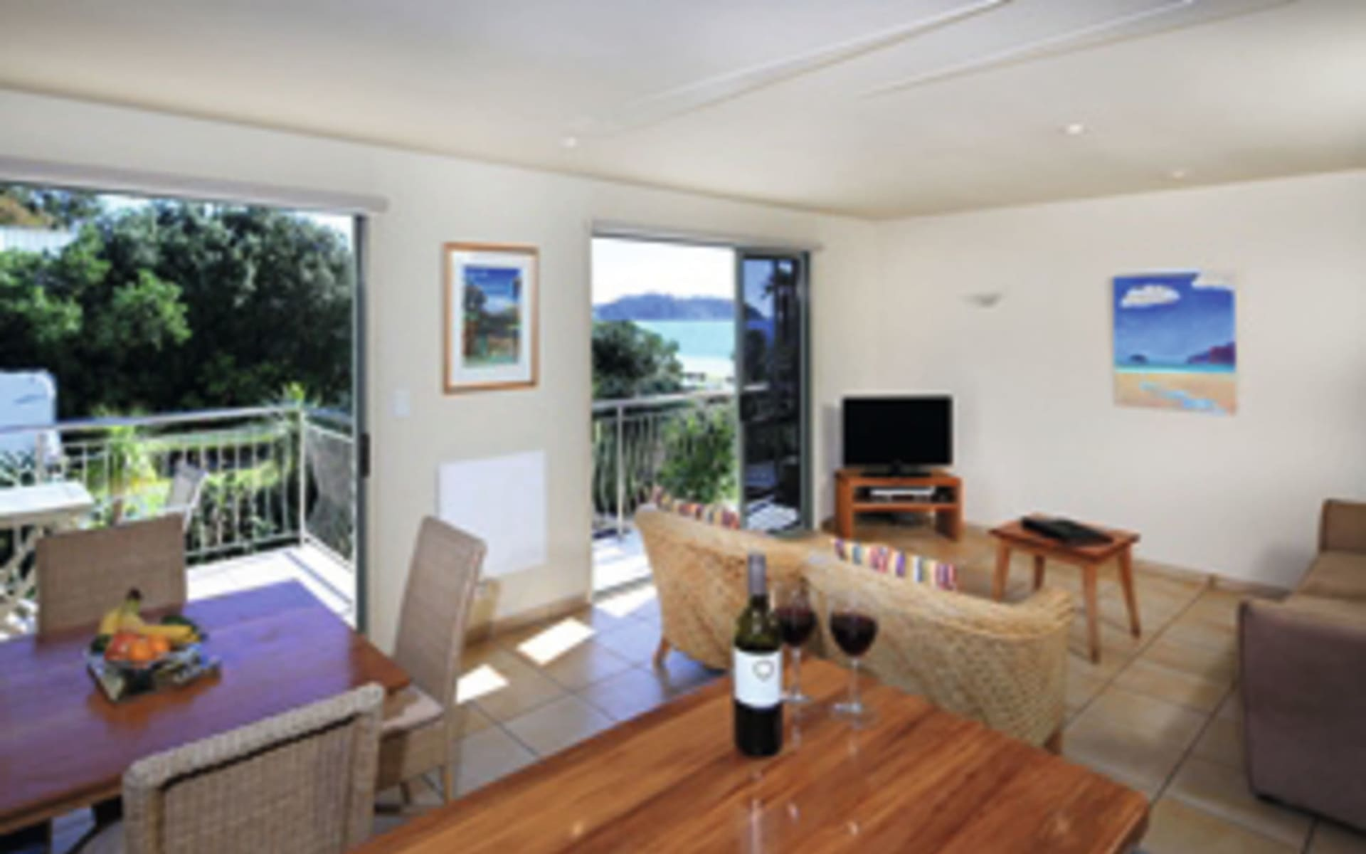 Onetangi Beach Apartments in Waiheke Island:  Zimmer Onetangi Beach Apartment - One Bedroom Apartment lounge
