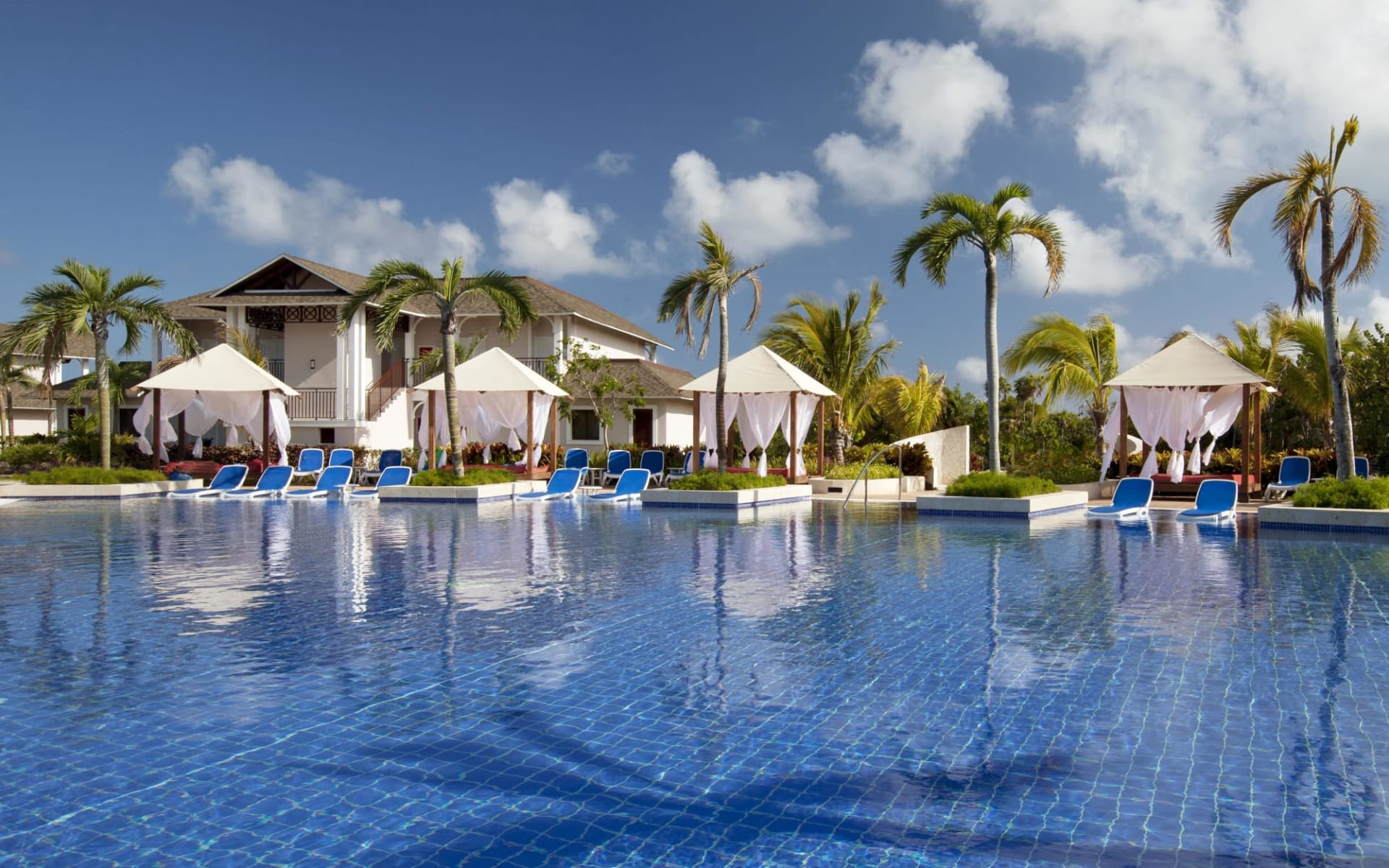 Royalton Cayo Santa Maria: Royalton Cayo Santa Maria - Palmtrees, deckchairs and swimming p