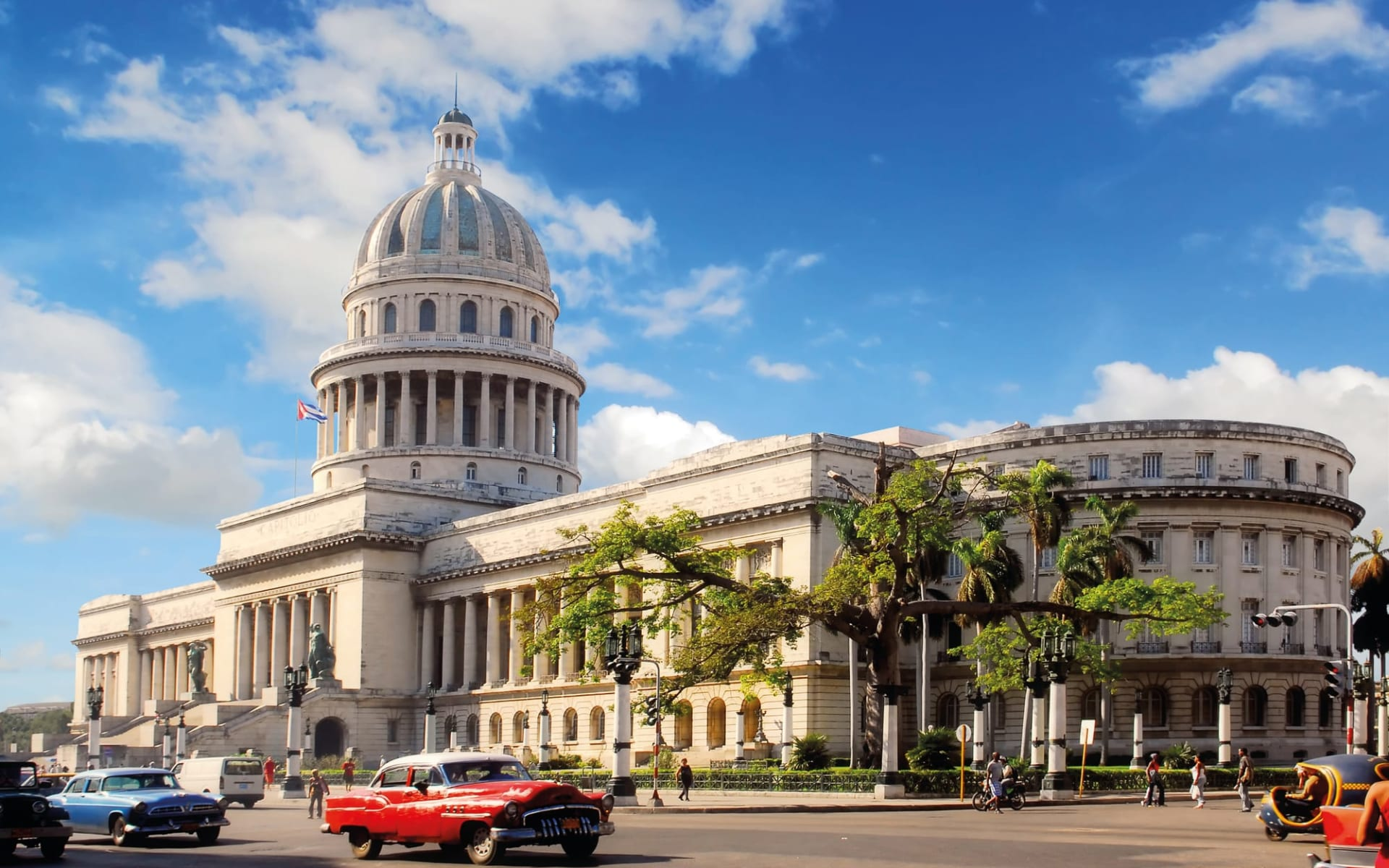 La Vida Cubana ab Havanna: Stadt Havanna - Kuba Regierungsgebäude mit Oldtimer C