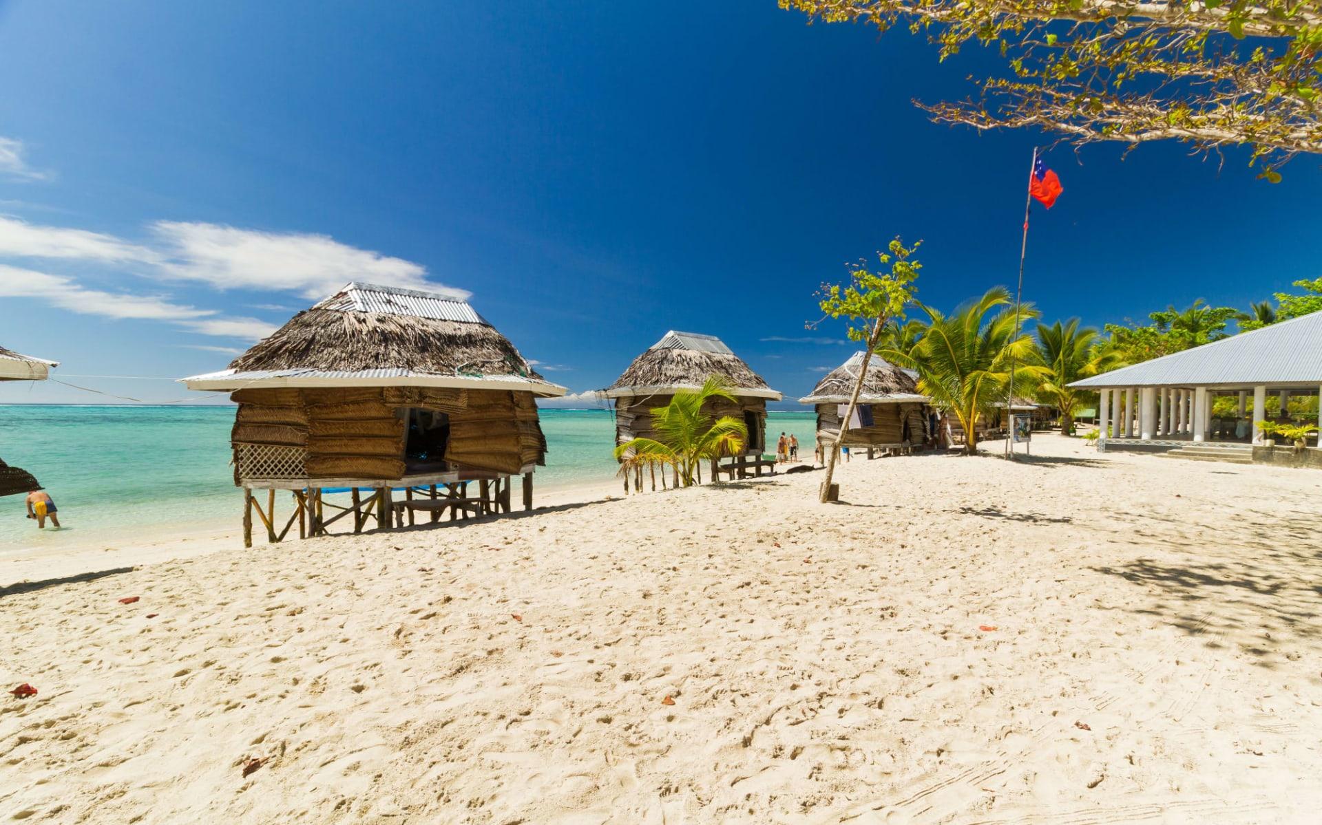 Kreuzfahrt Neuseeland, Fidschi, Samoa und Tonga ab Auckland: Südsee - Samoa Island - Strand Bungalows - Shutterstock Libor Fousek