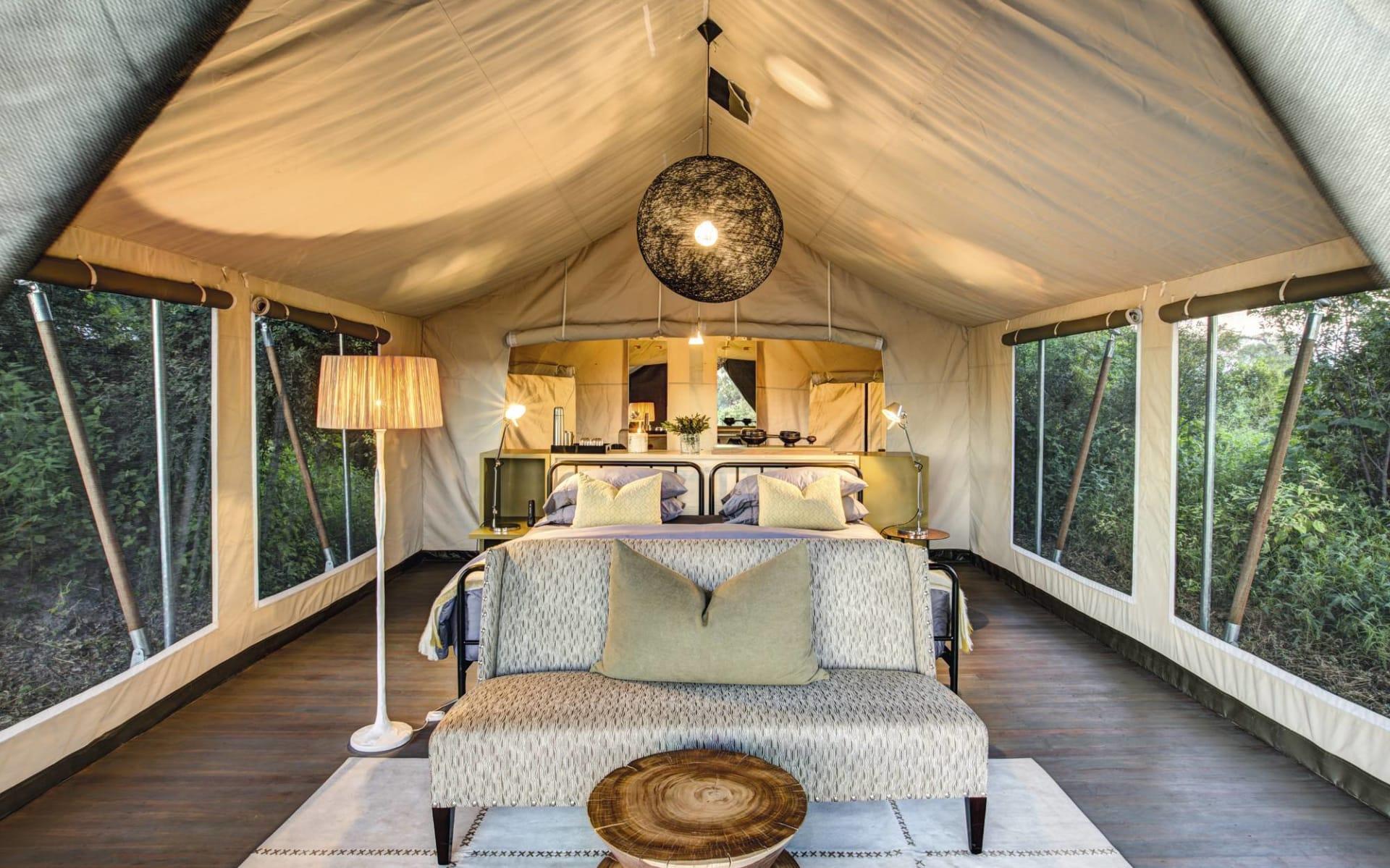 Gomoti Plains Camp in Okavango Delta: zimmer Gomoti - Bett mit Sofa c Machaba Safaris