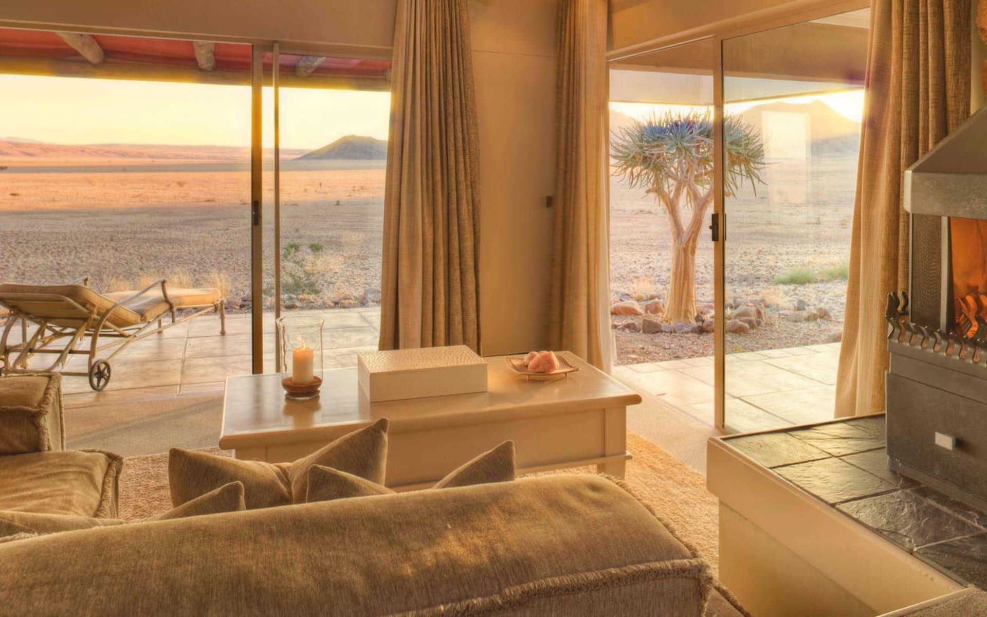 Sossusvlei Desert Lodge in NamibRand Nature Reserve: zimmer Sossusvlei Desert Lodge - Schlafzimmer mit Blick auf Wuestenlandschaft c andBeyond