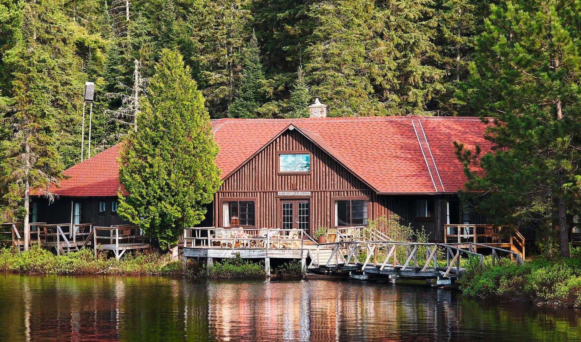 Arowhon Pines in Algonquin Provincial Park: _ exterior Arrrowhon Pines Sicht vom Wasser aufs Haus