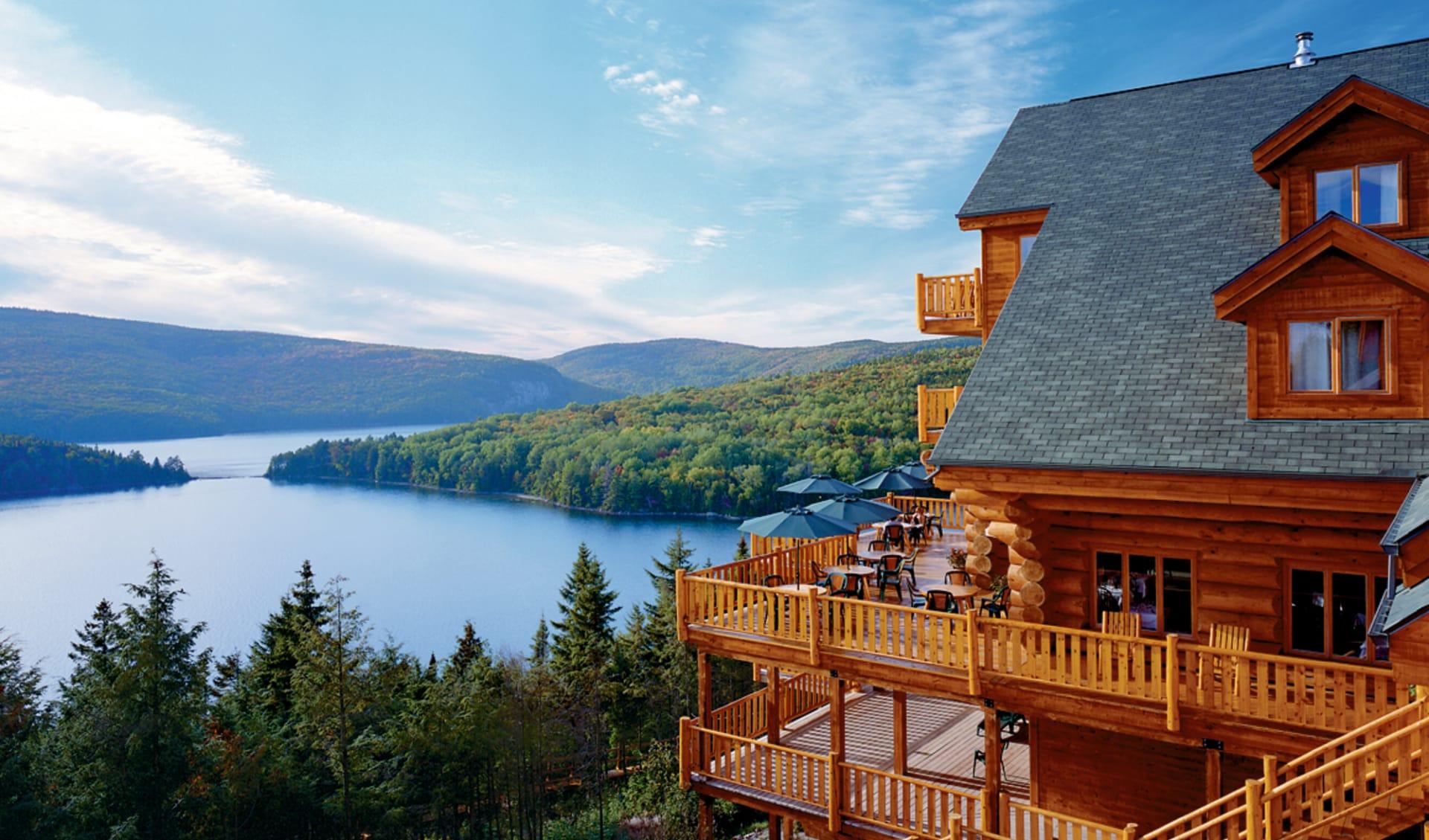 Hotel Sacacomie in Saint Alexis des Monts: _exterior Sacacomie Lodge Hotel von aussen mit Sicht auf See