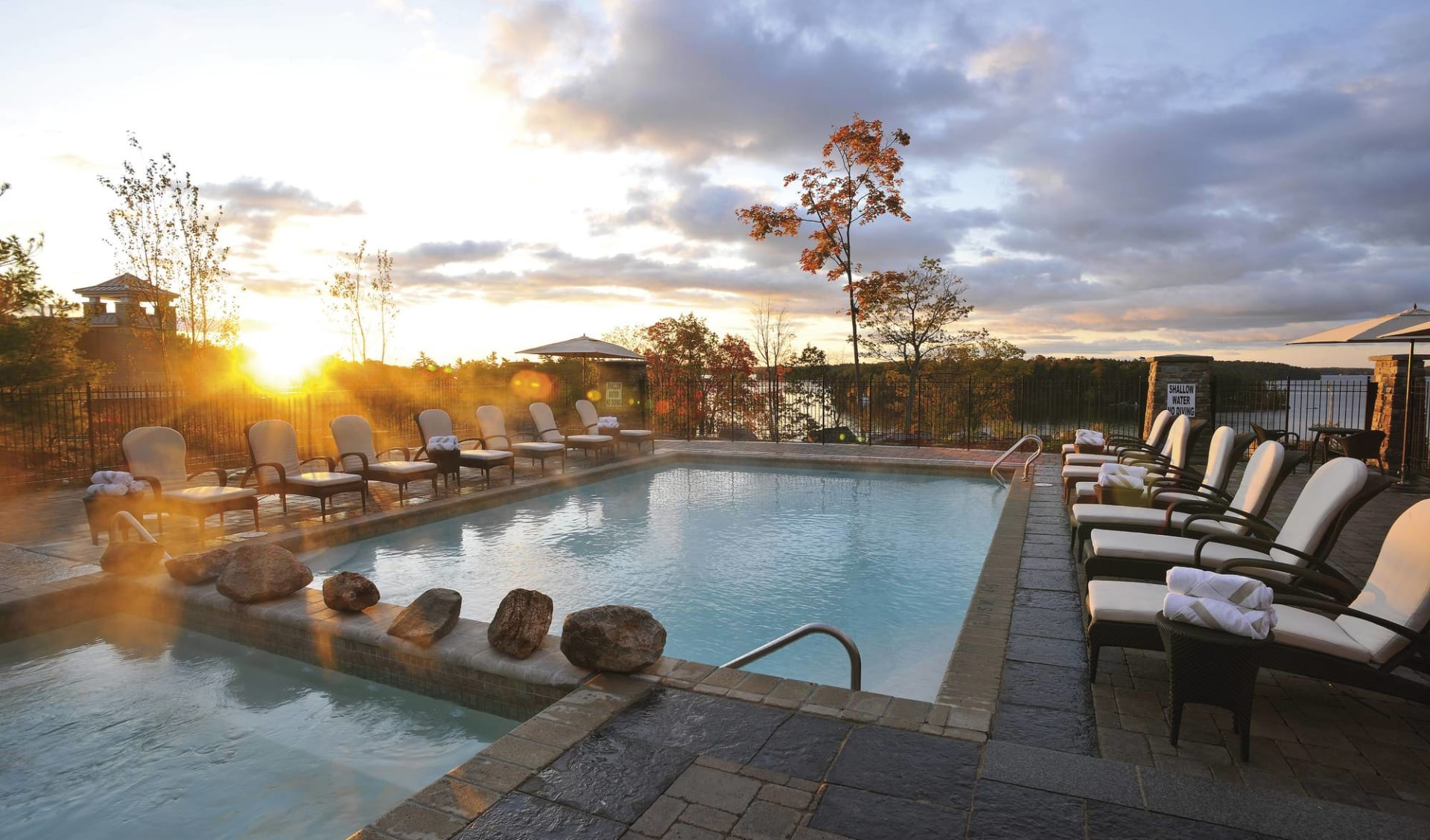 JW Marriott The Rosseau Muskoka Resort & Spa: _ pool JW Marriott Muskoka Pool mit Liegestühlen