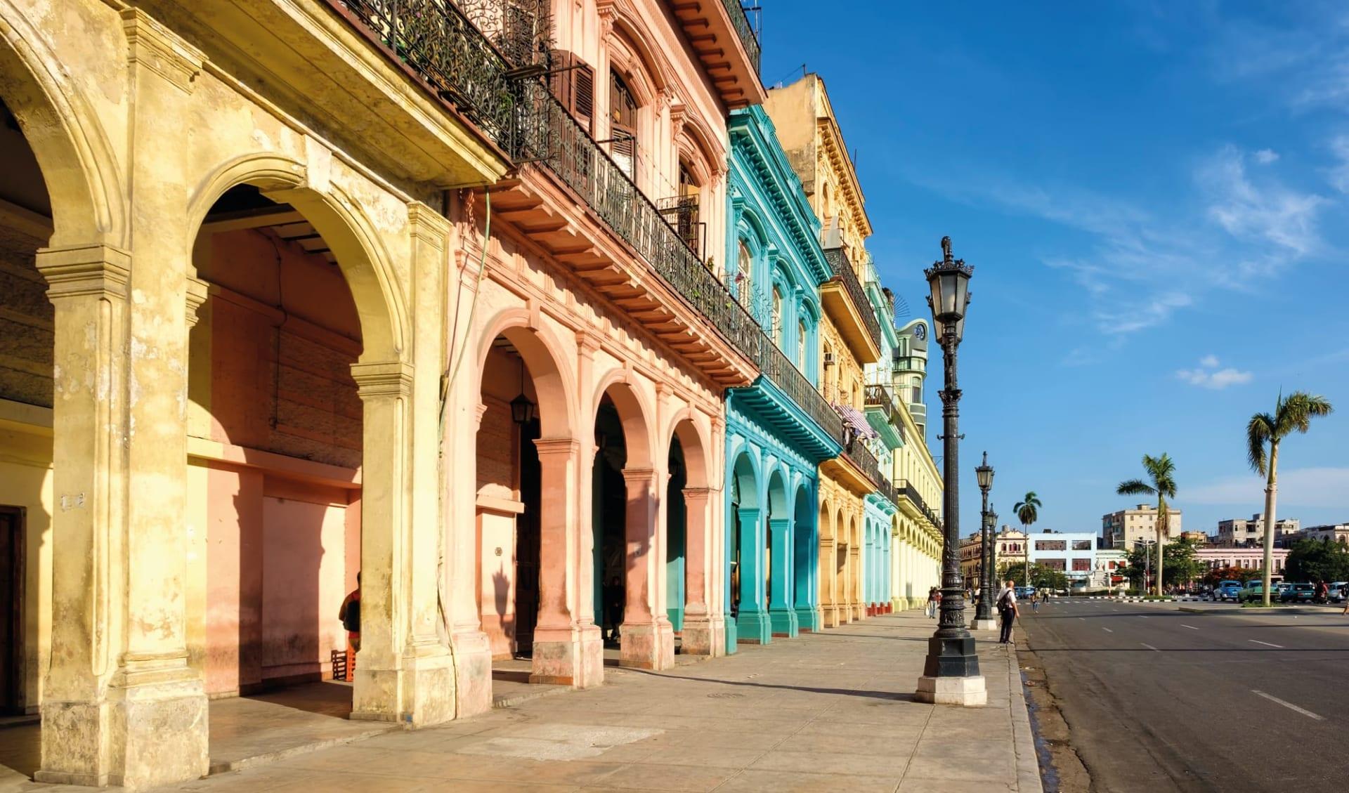 Palacio San Felipe y Santiago de Bejucal in Havanna:   Stadt Havanna - Kuba Farbige Häuser Strasse C