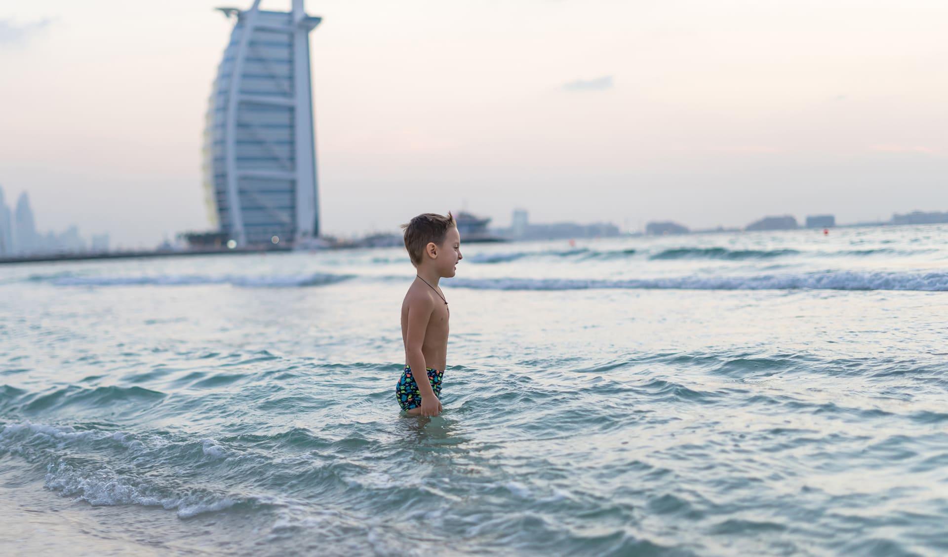 Glückliches Kind am Meer, Dubai, Vereinigte Arabische Emirate