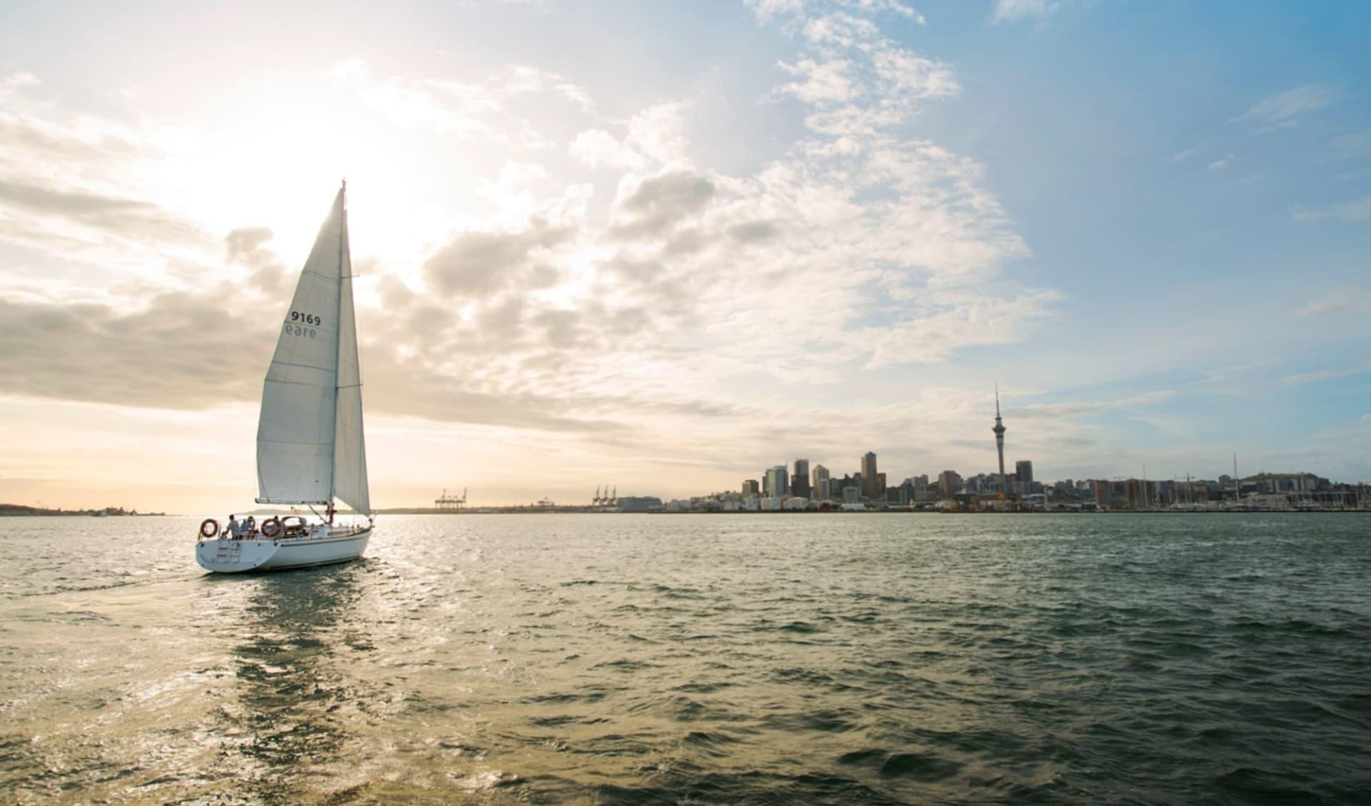 Neuseeland entdecken (Wellington - Auckland) (AAT Kings): Auckland - Segelboot vor Auckland/ Copyright Tourism New Zealand - Photographer Julian-Apse