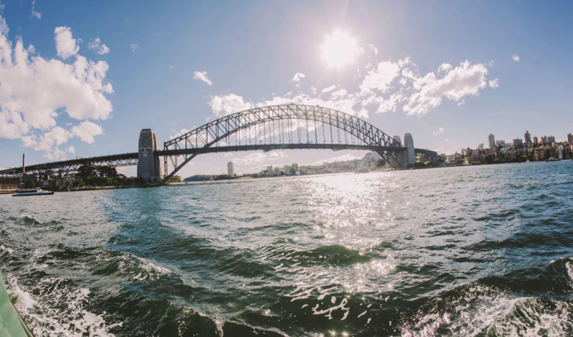 Pacific Coast Touring Route ab Sydney: Australia - New South Wales - Sydney - Harbour Bridge -  gegen die Sonne - Copyright Tourism Australia - Photographer Ellenor Argyropoulos