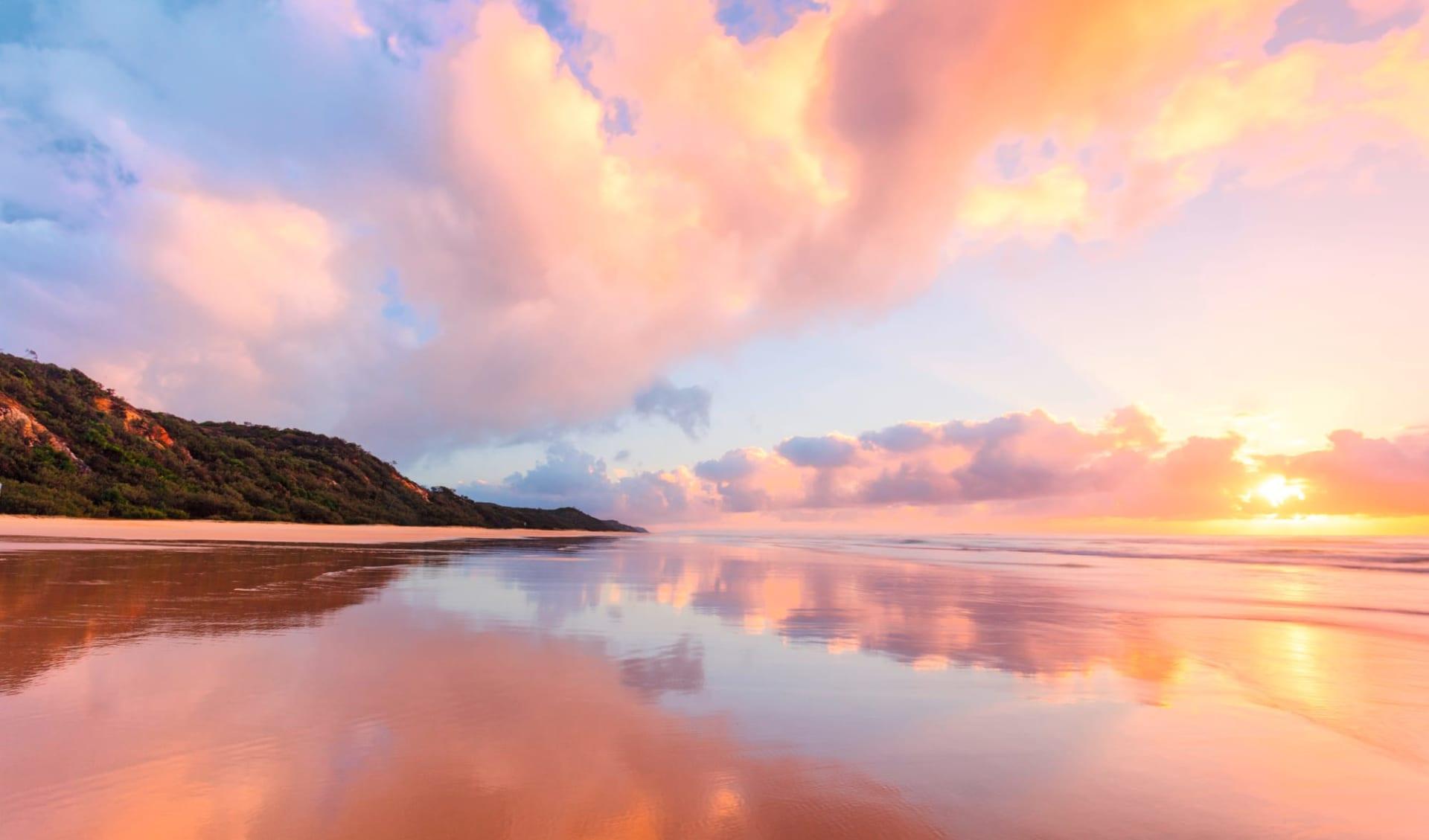 East Coast Beachin' ab Sydney: Australia - Queensland - Fraser Island - Strand bei Sonnenuntergang c_shutterstock