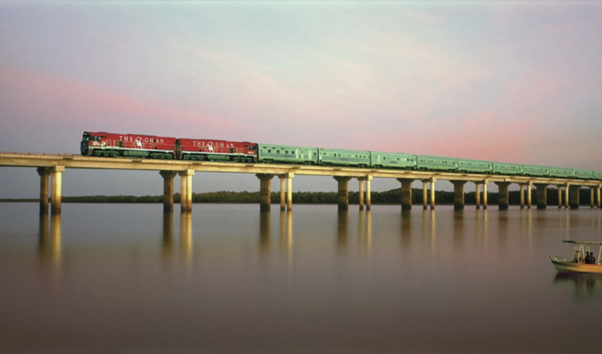 The Ghan - Expedition ab Darwin: Australien - Bahnreisen - The Ghan auf Brücke mit Wasser