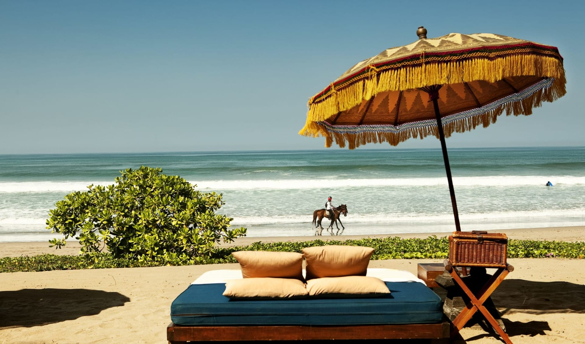 The Oberoi Beach Resort, Bali in Südbali: Day bed by the beach