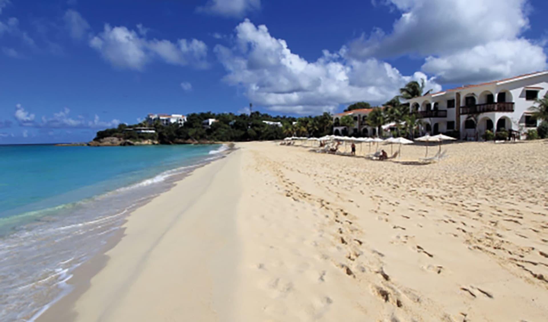 Carimar Beach Club in Meads Bay:  Exterior Carimar Anguilla - Hotelansicht vom Strand aus c Hotel