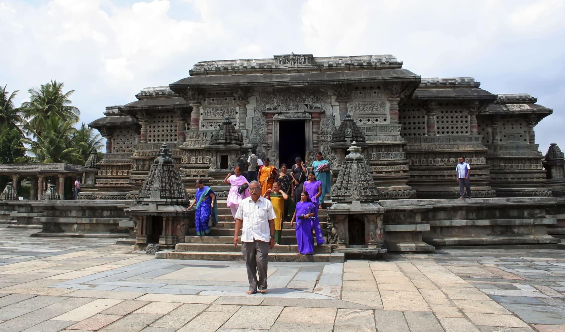Kulturschätze Karnatakas ab Bengaluru: Belur: temple with local tourists
