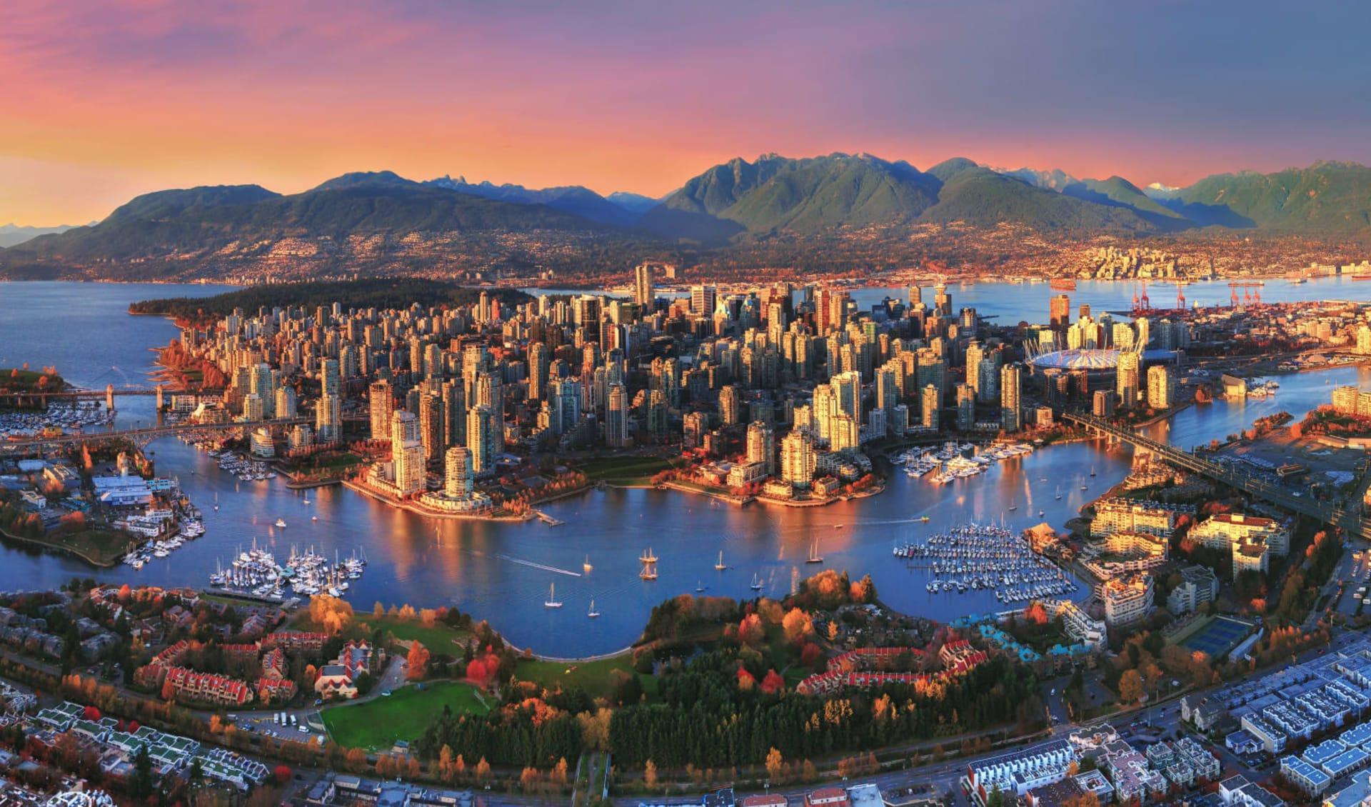 Wanderrundreise von Lodge zu Lodge ab Calgary: Canada - British Columbia - Vancouver Aerial Sunset