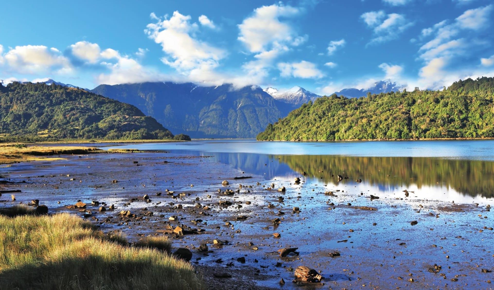 Zubucherreise Seengebiet ab Puerto Montt: Carretera Austral - See mit Wald
