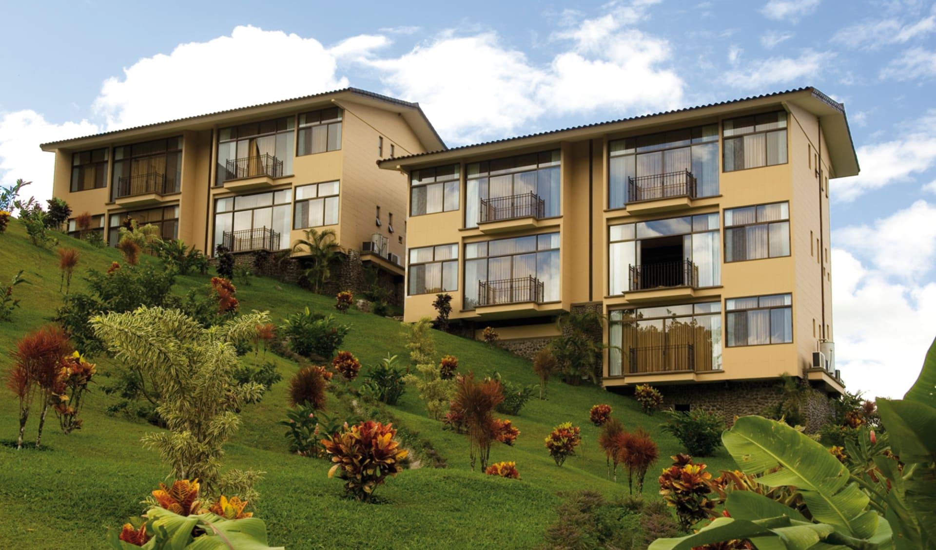 Arenal Kioro Suites & Spa in La Fortuna: exterior arenal kioro gebäude wiese
