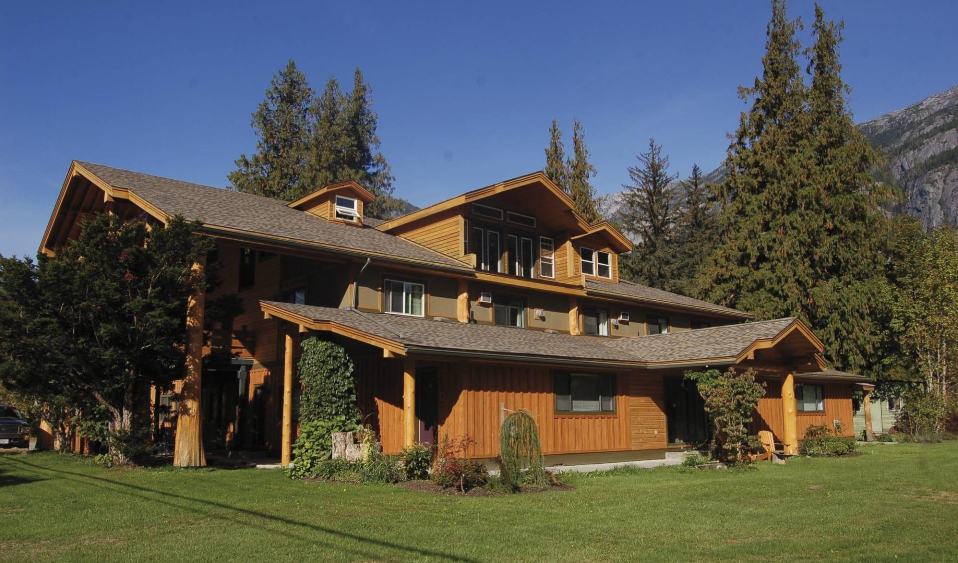 Bella Coola Mountain Lodge: _Bella Coola Mountain Lodge -Aussenansicht