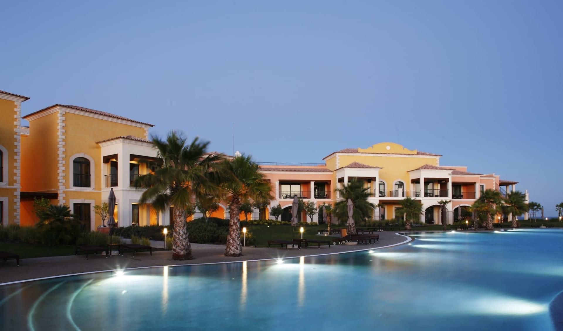 Cascade Wellness & Lifestyle Resort in Lagos: Cascade Wellness & Lifestyle Resort - Blick auf Pool und Hotel